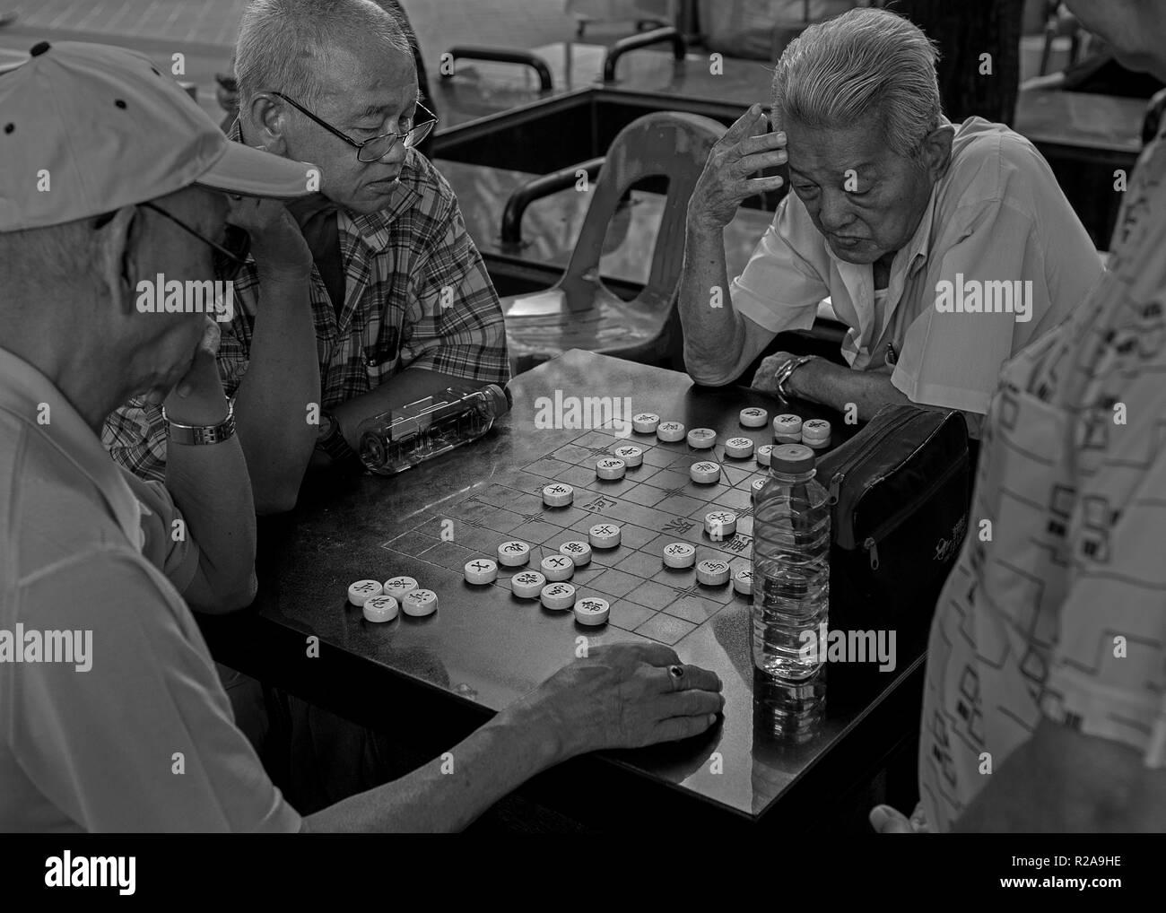 Chinese chess (xiangqi) played in Chinatown Singapore - Stock Image