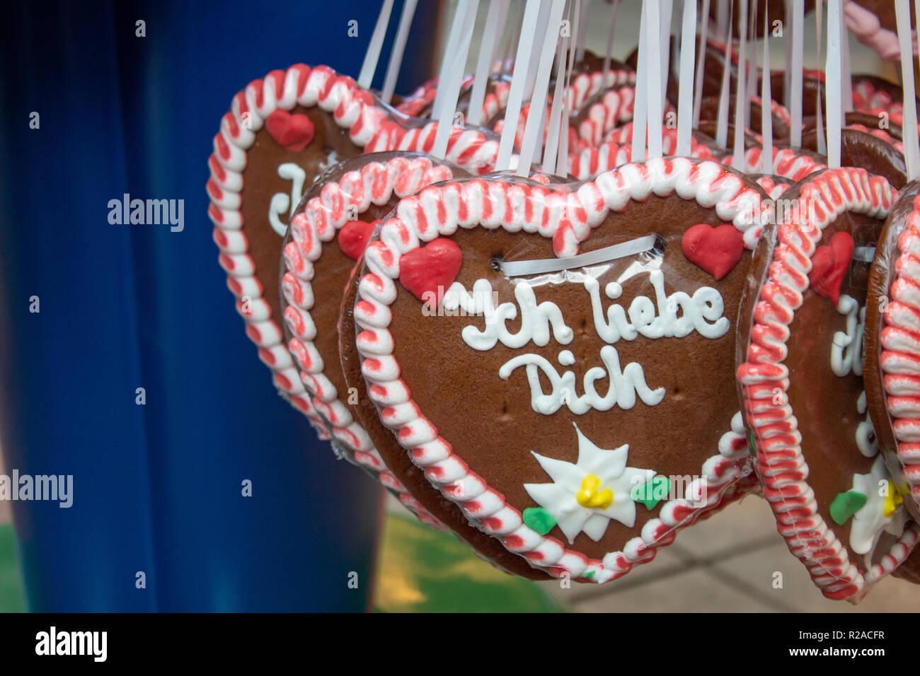 """Lebkuchenherzen mit den Worten: """"Ich liebe dich"""" - Stock Image"""