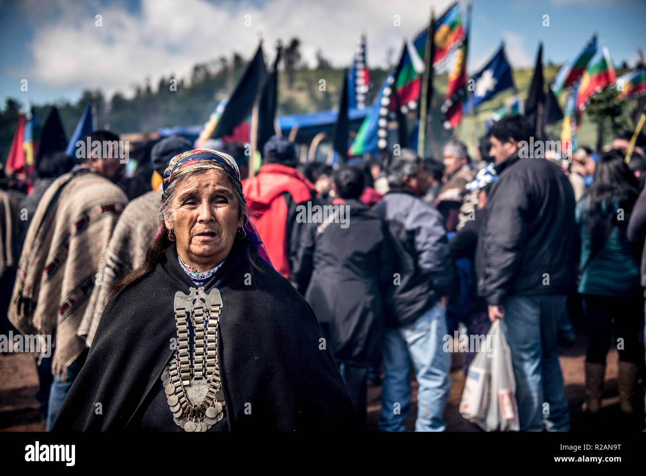 17 November 2018, Chile, Temucuicui: People from the indigenous Mapuche people take part in the funeral of 24-year-old Camilo Catrillanca in a cemetery. A special unit of the Chilean military police (Carabineros) had shot Catrillanca on 14.11.2018 in the indigenous Mapuche community Temucuicui. According to police, the officers tracked three car thieves who had stolen their teachers' vehicles. The persecution led them into the territory of the Mapuche community of Temucuicui. Following Catrillanca's death, Mapuche organisations have called for protests across the country. Photo: Ana Karina Del - Stock Image