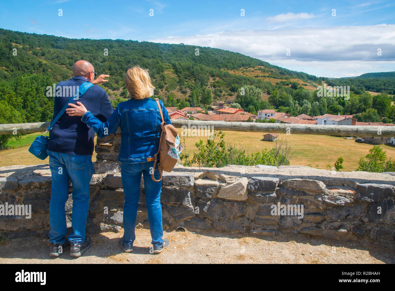 Mature couple at the viewpoint. Ruesga, Palencia province, Spain. - Stock Image