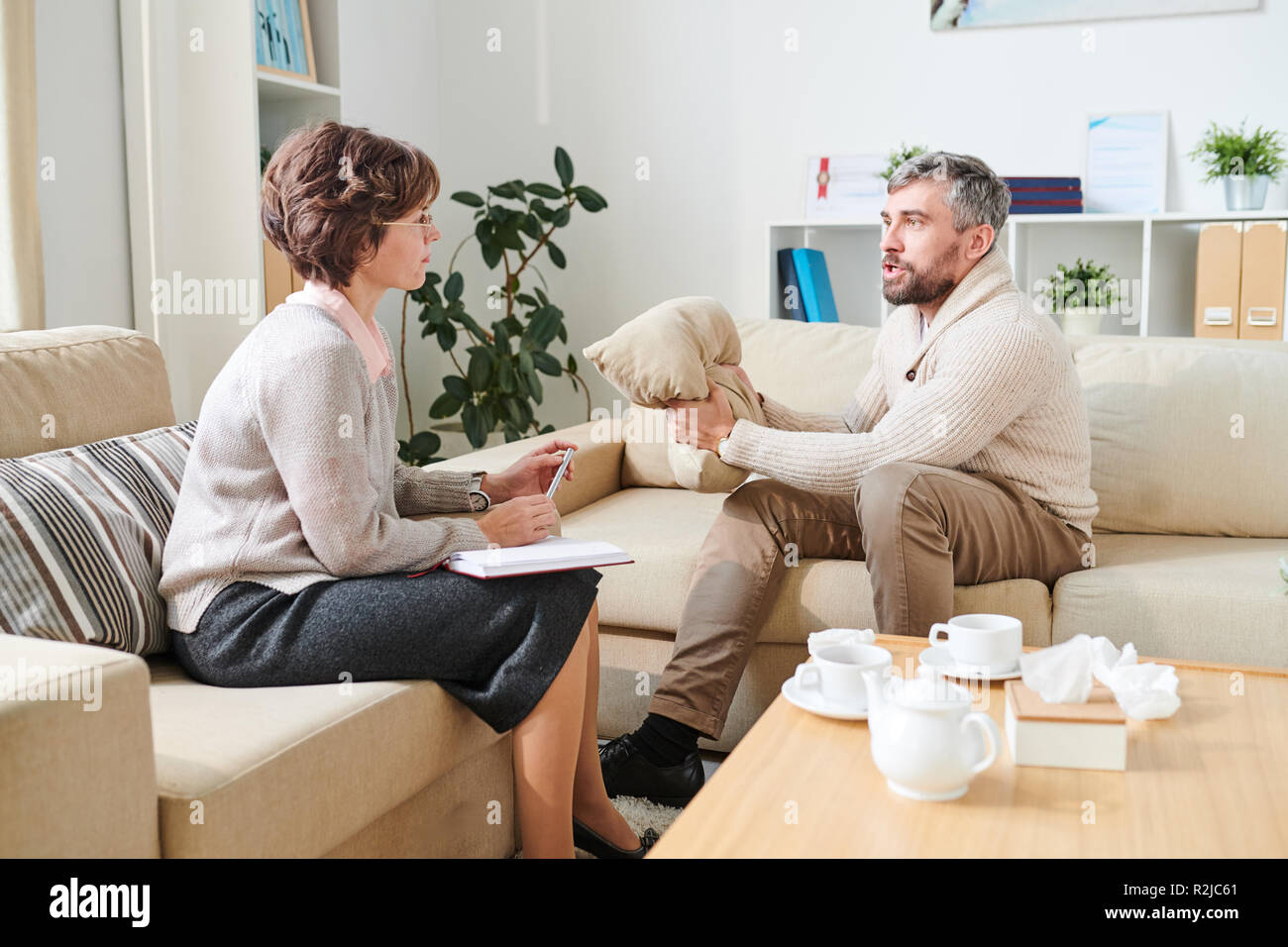 Man full of hate at therapy session - Stock Image