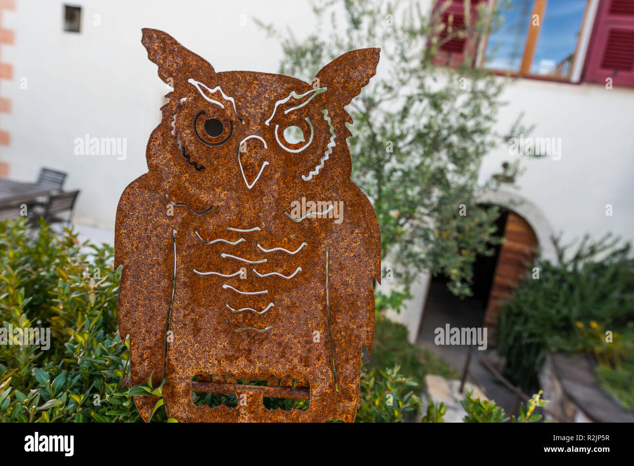 Italy, South Tyrol, Alto Adige, Überetsch, South Tyrol's South, Wine Route, Girlan, Ignaz Niedrist Winery, logotype, metal owl - Stock Image