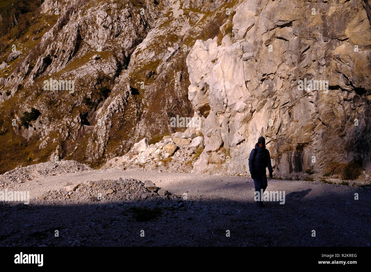 Unplugged: woman exploring nature, hiking on Tuscany mountains, breathtaking panorama (Italy). - Stock Image