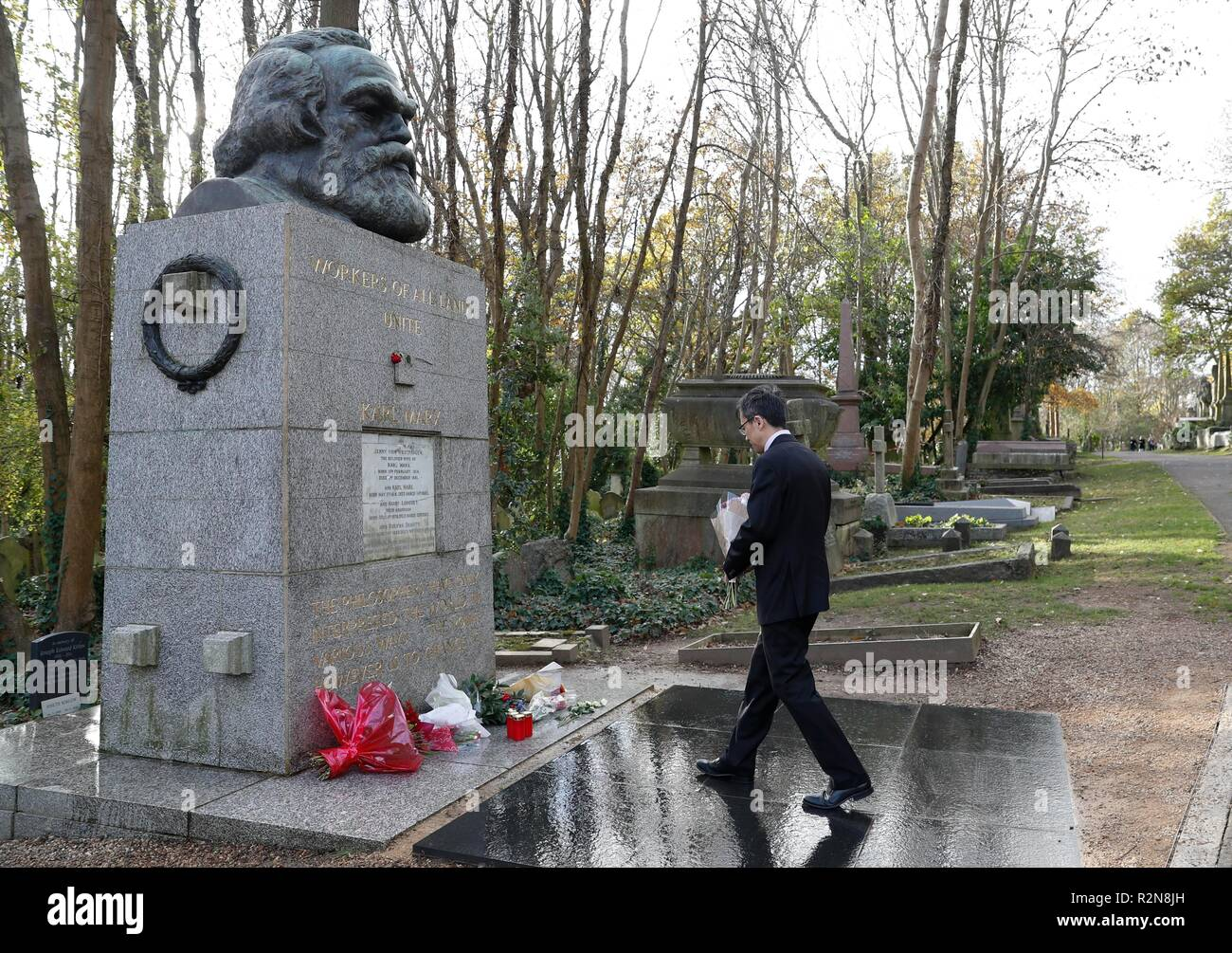 London, Britain. 19th Nov, 2018. Charge d'Affaires Zhu Qin of the Chinese Embassy to Britain, pays tribute at an event commemorating the 200th anniversary of Karl Marx's birth in front of the grave of Marx at Highgate cemetery in northwest London, Britain, on Nov. 19, 2018. The Chinese Embassy donated a number of books on contemporary China and on the Communist Party of China to the Marx Memorial Library. Credit: Han Yan/Xinhua/Alamy Live News Stock Photo