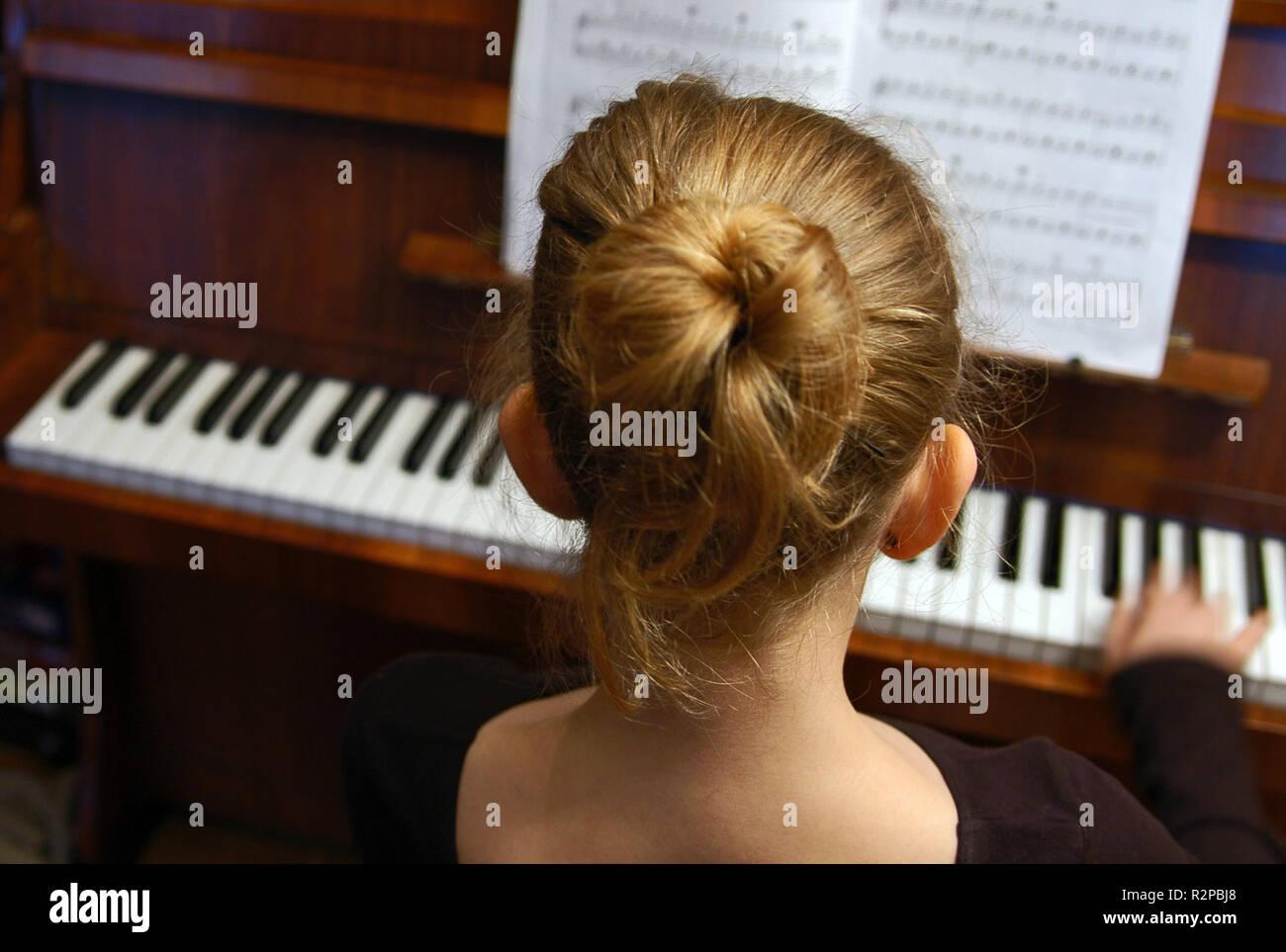 girl on piano - Stock Image