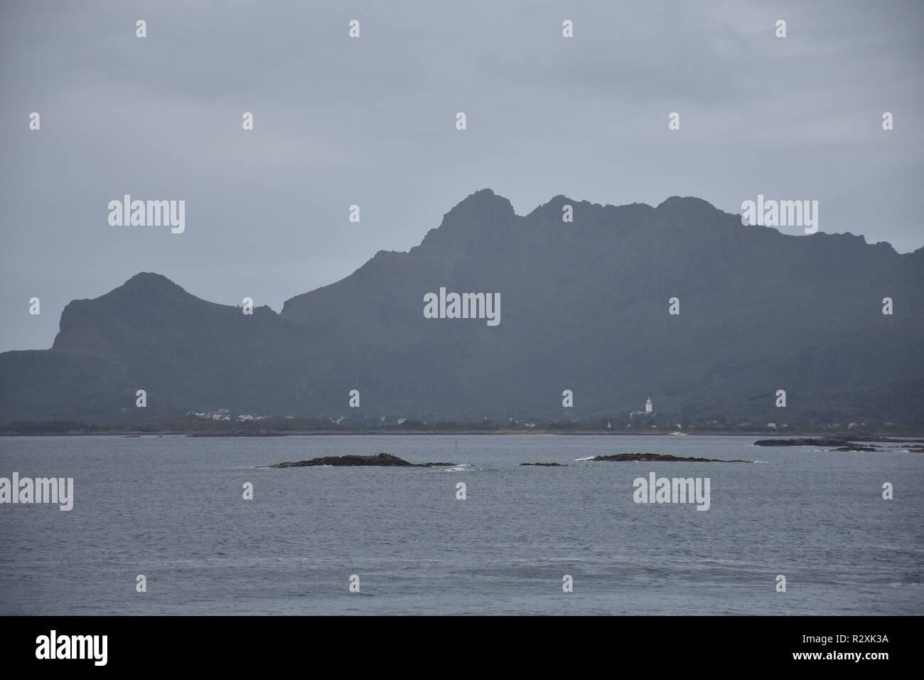 Norwegen, Lofoten, Rekdal, Leknes, Küste, Steinküste, Brandung, Sturm, Herbst, Vestvagøy, Sundklakkstraumen, Straumen, Atlantik, Atlantikküste, Nordla - Stock Image