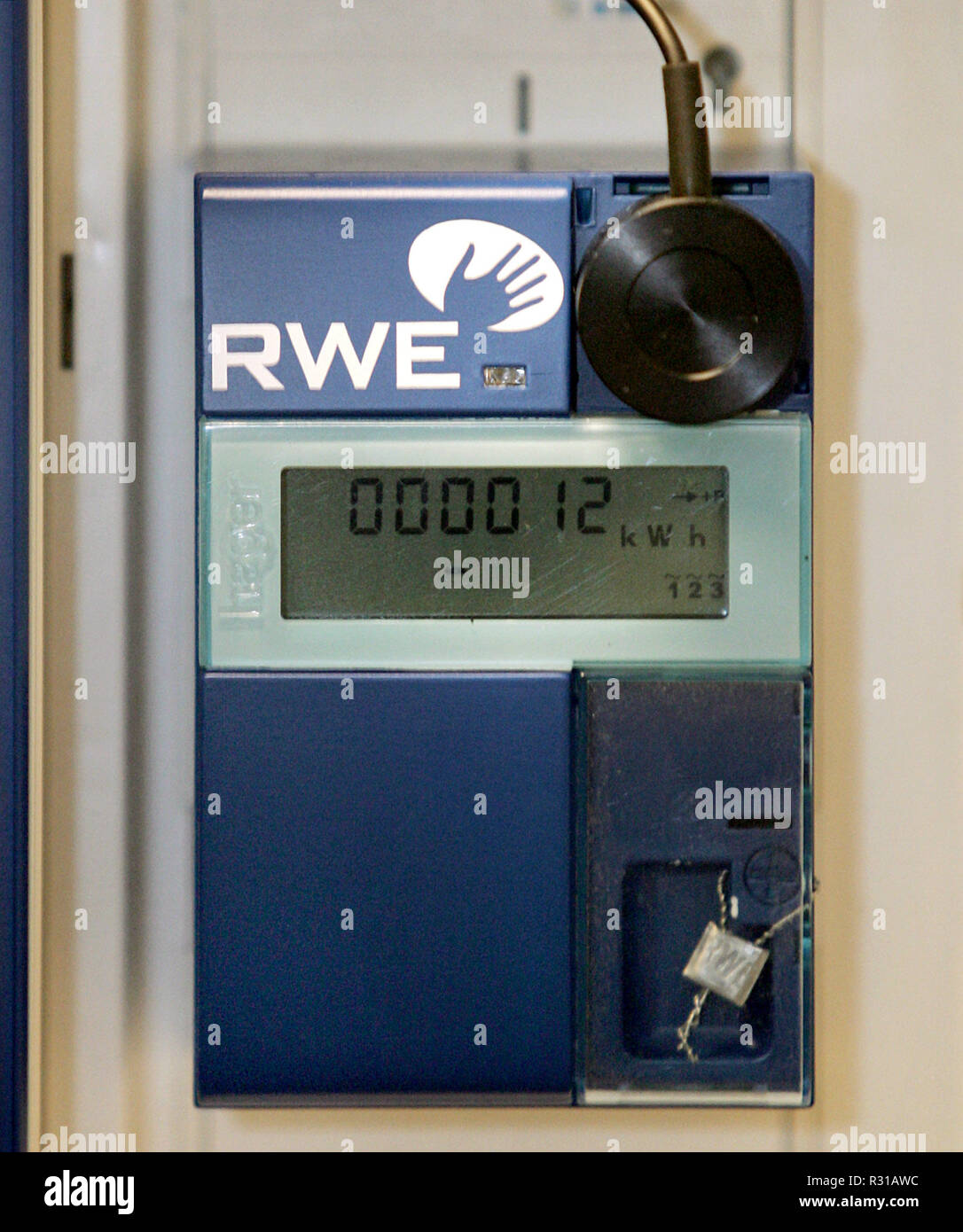 The electronic household payer, called 'Smart Meter' at RWE, was installed on Friday (22.02.2008) at the balance sheet press conference in Essen in an adjoining room. The electronic payer will be tested in Mulheim on its practical suitability. Modern payers can do more than conventional devices. They store considerably more consumption and load data and have communication interfaces via which the data are made accessible to the measuring point operators and customers, who make them remotely readable. Photo: Roland Frankincense dpa +++ (c) dpa - Report +++ | usage worldwide - Stock Image