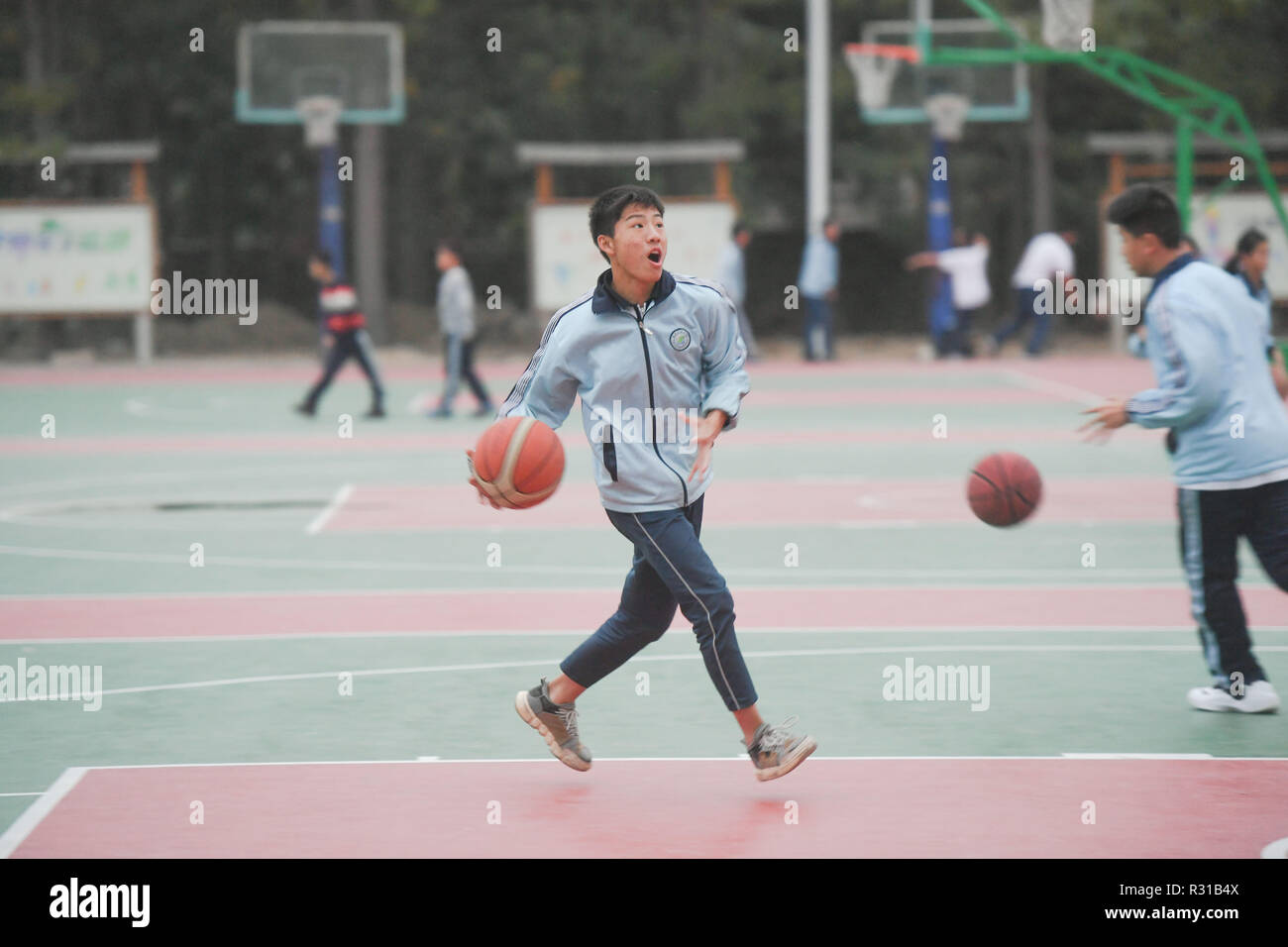 Shishi, China's Fujian Province. 20th Nov, 2018. Students attend basketball class at Jinfeng experimental school at Shishi City, southeast China's Fujian Province, Nov. 20, 2018. More than 40 schools provide extracurricular training for students whose parents are still at work when school is over in Shishi. Credit: Song Weiwei/Xinhua/Alamy Live News - Stock Image