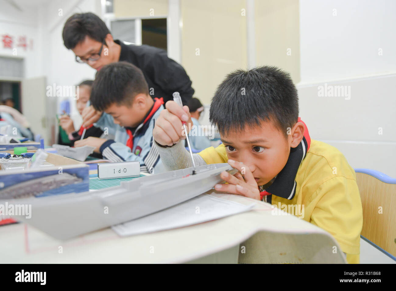 Shishi, China's Fujian Province. 20th Nov, 2018. Students attend aeromodelling after-school class at Jinfeng experimental school at Shishi City, southeast China's Fujian Province, Nov. 20, 2018. More than 40 schools provide extracurricular training for students whose parents are still at work when school is over in Shishi. Credit: Song Weiwei/Xinhua/Alamy Live News - Stock Image