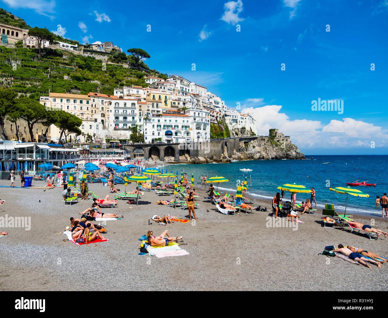 Altstadt und Strand von Amalfi, Amalfi, Halbinsel von Sorrent, Amalfiküste, Kampanien, Italien - Stock Image