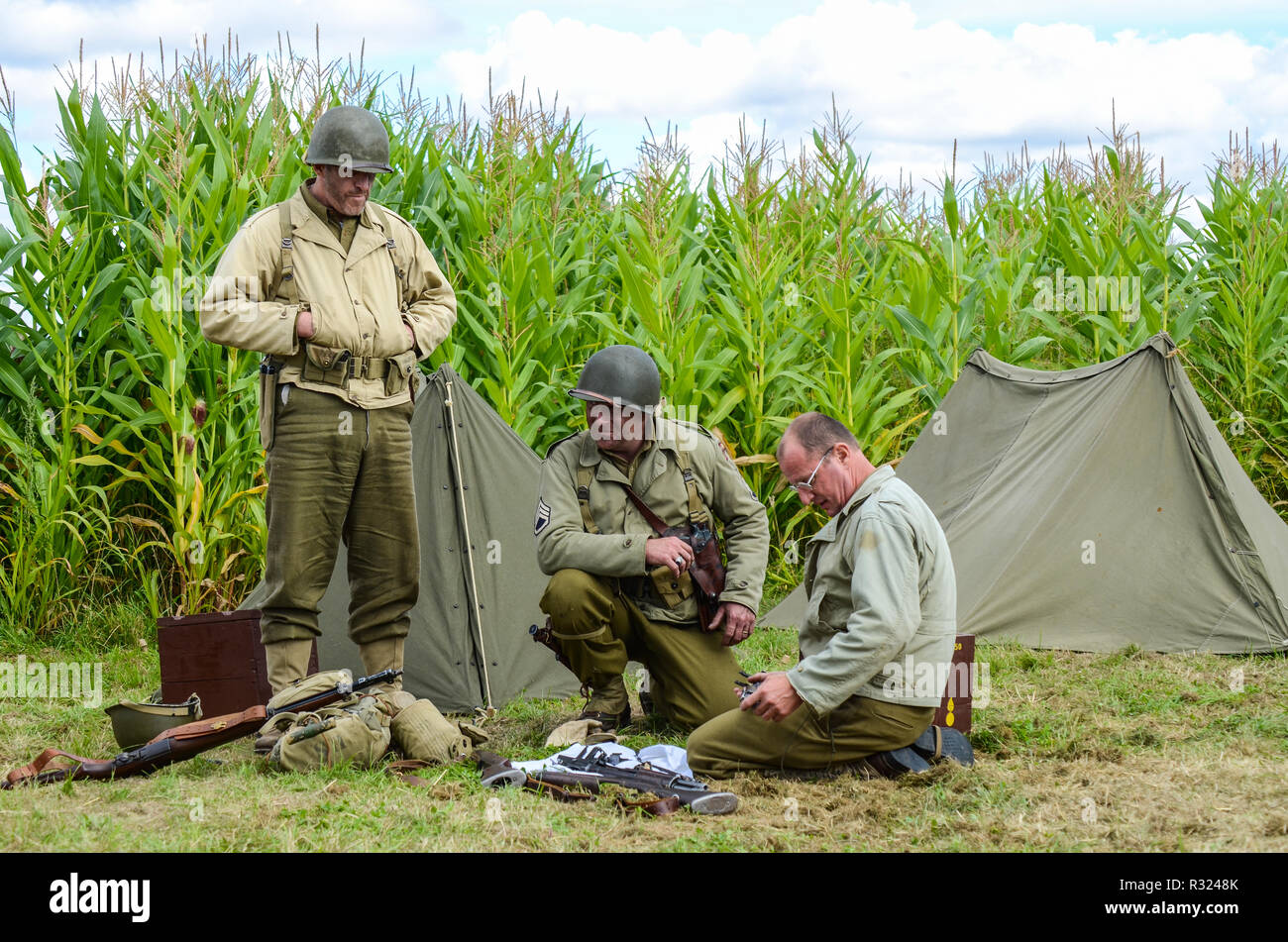 Second World War US Army recreation. Re-enactors in period battledress uniform with tent and equipment Stock Photo