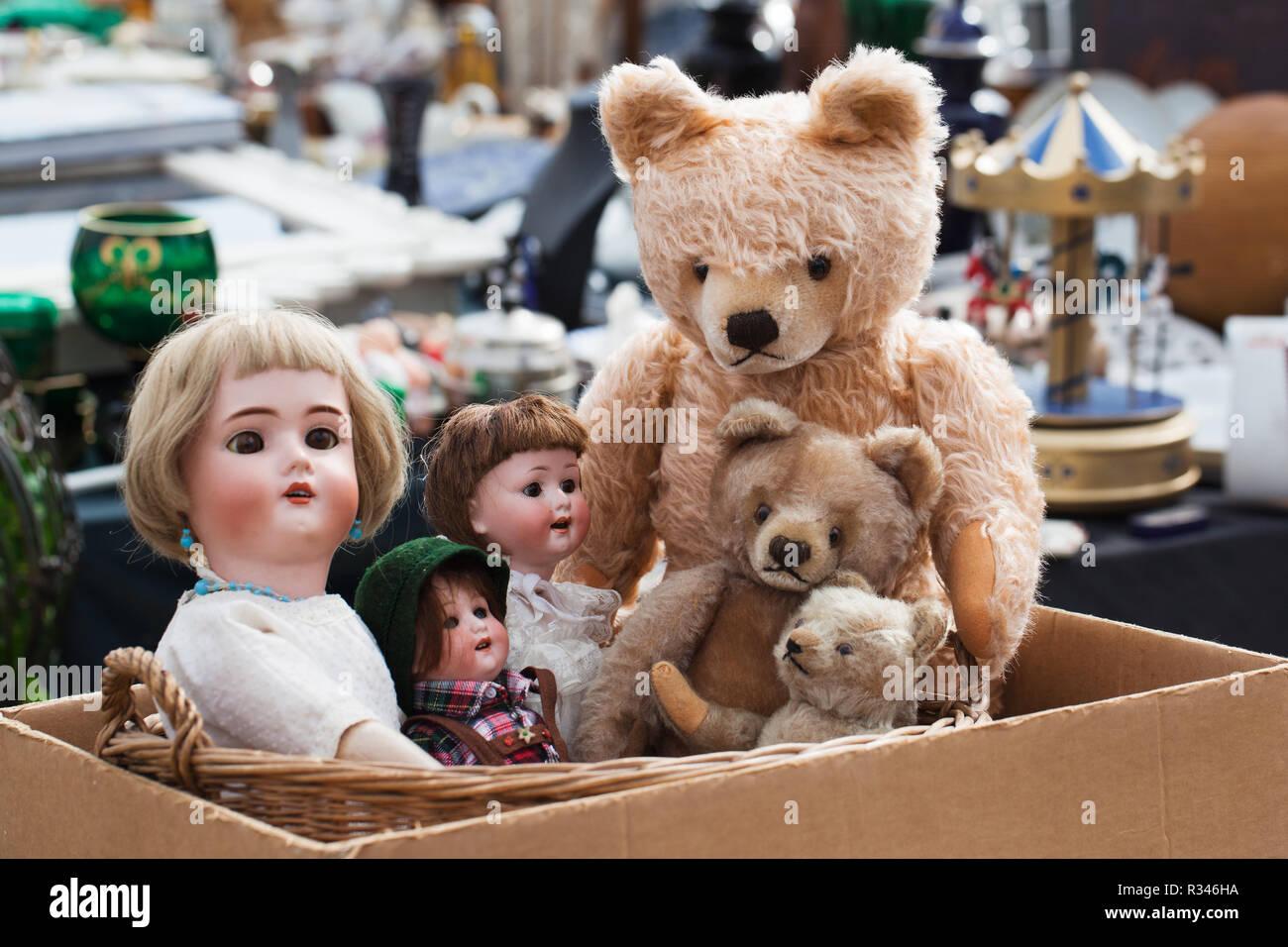 teddy bears and dolls at flea market - Stock Image