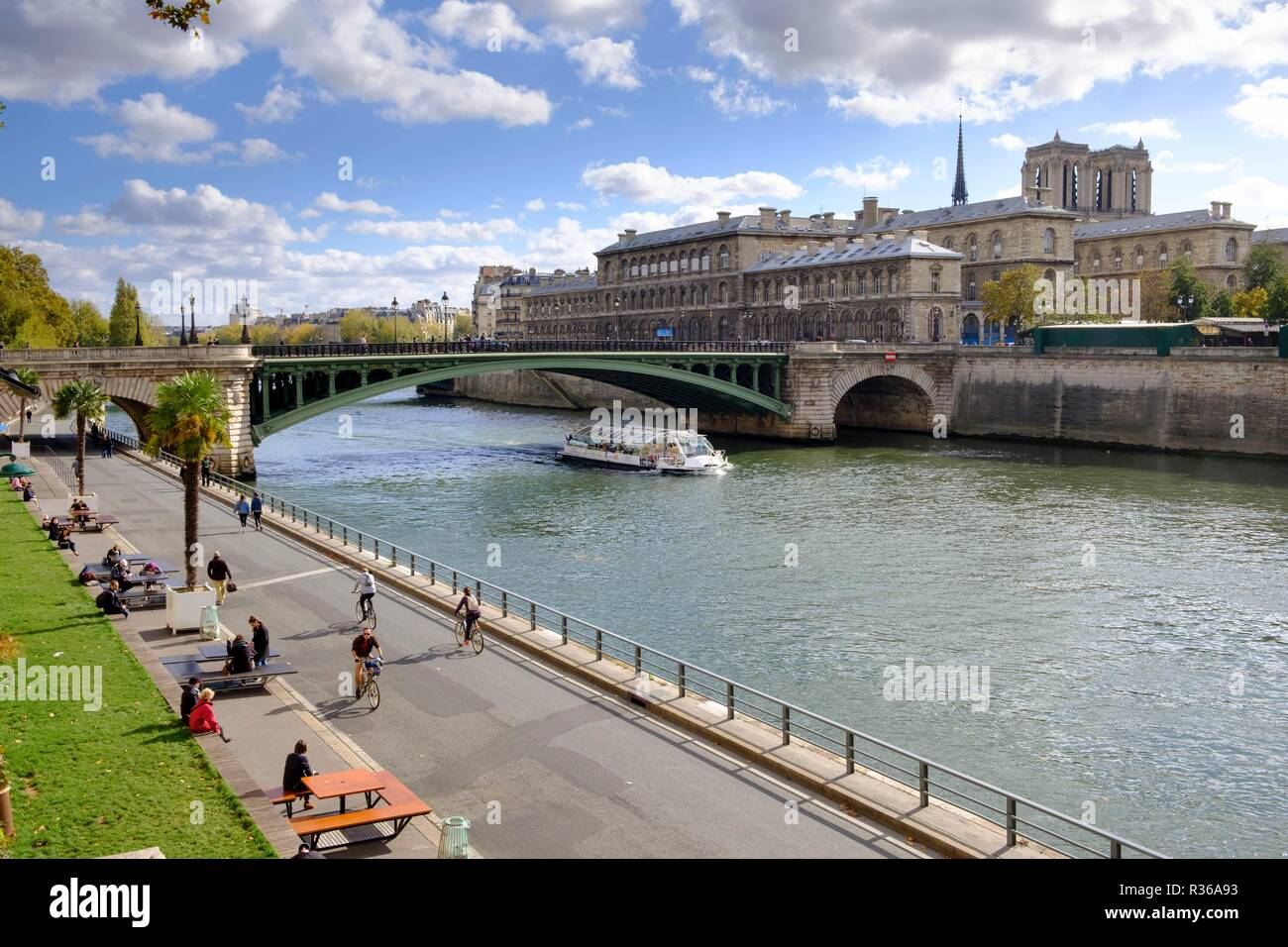 Aerial view of Boat and Pont Notre-Dame with Voie George Pompidou pedestrian and cycling path, Paris, France - Stock Image