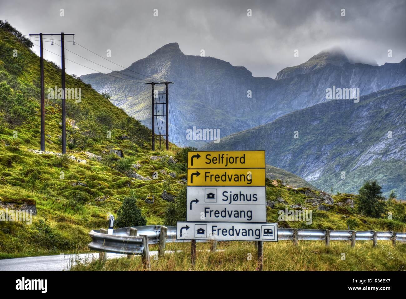 Wegweiser, Verkehrszeichen, Tafel, Schild, Lofoten, Fredvang, Seltfjord, Norwegen, Richtung, Kreuzung, Straßenkreuzung, Leitschiene, Straße, E10, E 10 - Stock Image