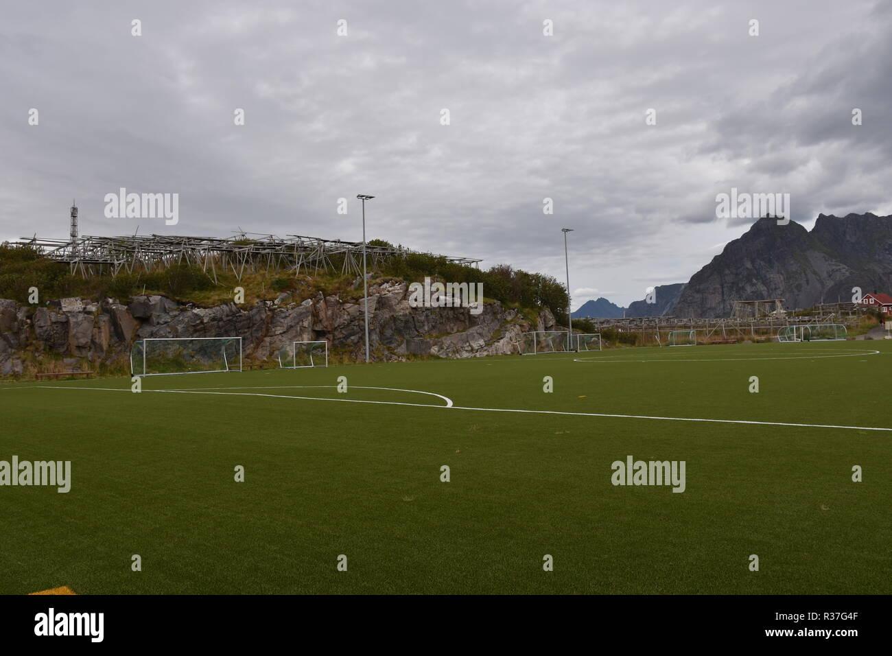 Norwegen, Lofoten, Svolvær, Henningsvær, Heimøy, Hellandsøya, Fußballplatz, Fußball, Sport, Tor, Fußballtor, Markierung, Rasen, Kunstrasen, Feld - Stock Image