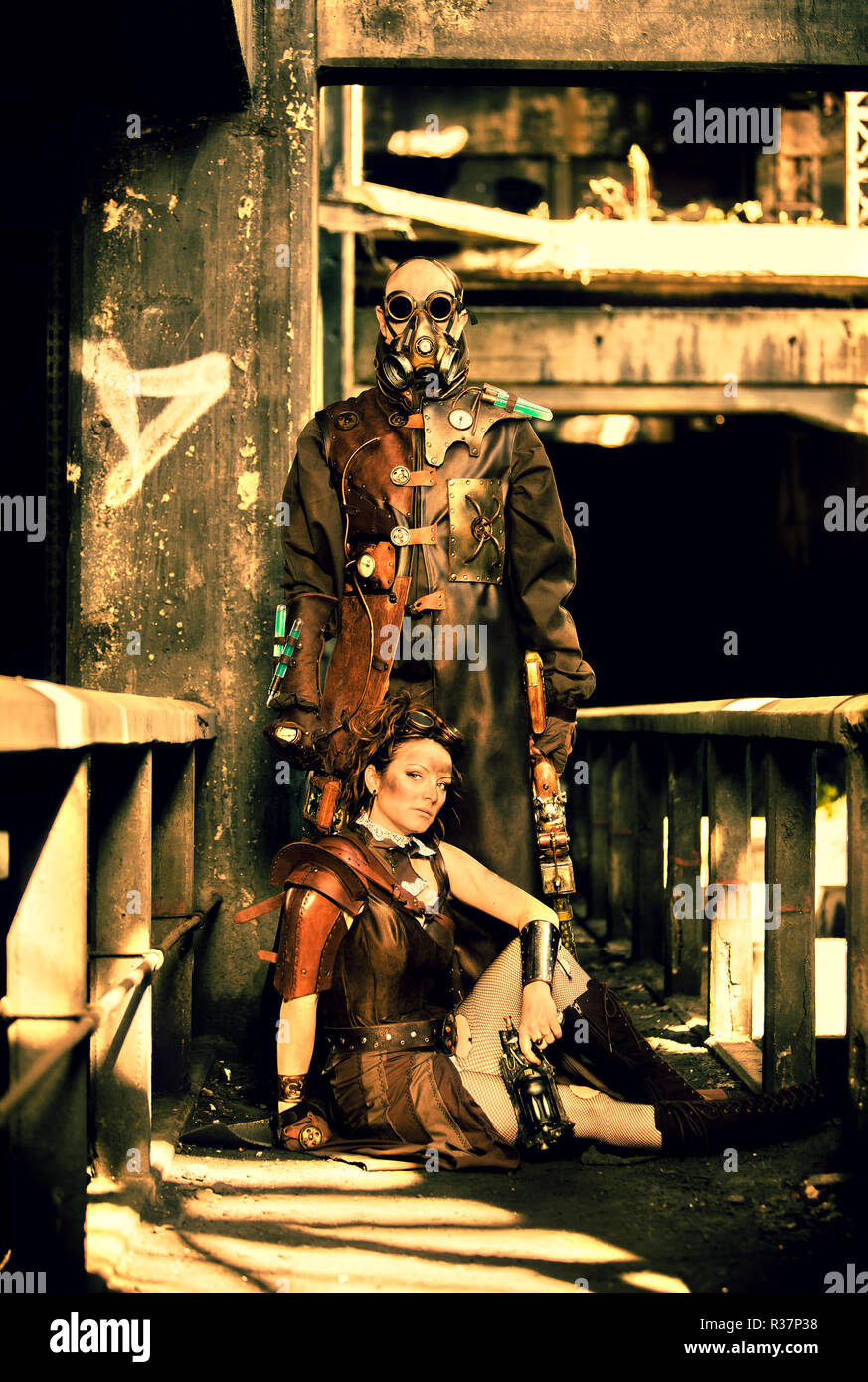 Steampunk couple in an apocaplytic scene - Stock Image