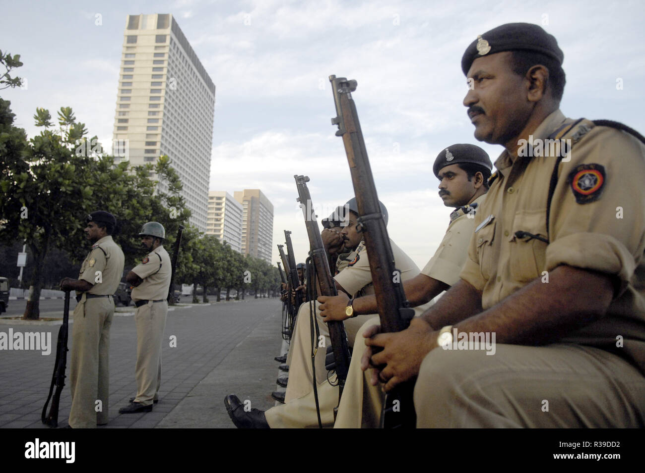 Police waiting to fight Deccan Mujahideen terrorists inside Oberoi Trident Hotel in the background at Nariman Point Mumbai India on 27 /11/2008. Terrorists killed 100 people and wounded more than 200 in a series of coordinated attacks across India?s financial hub Mumbai as Heavily armed gunmen in groups of two to four opened fire with automatic weapons and lobbed grenades in 10 places in south Mumbai, including the five-star Taj and Trident hotels, the city?s main railway terminus, a hospital, a cafe, a pub and a cinema hall. Photo: Dinodia    (c) dpa - Report      usage worldwide - Stock Image