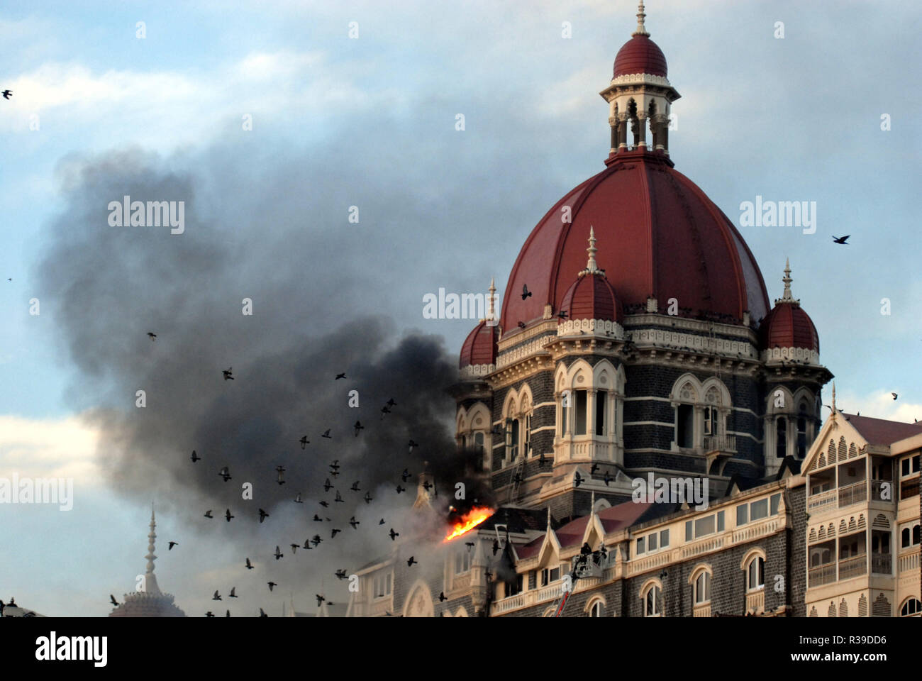 Taj Mahal Hotel burning after it was attacked by Deccan Mujahideen terrorists in South Mumbai India on 27/11/2008. Terrorists killed 100 people and wounded more than 200 in a series of coordinated attacks across India?s financial hub Mumbai as Heavily armed gunmen in groups of two to four opened fire with automatic weapons and lobbed grenades in 10 places in south Mumbai, including the five-star Taj and Trident hotels, the city?s main railway terminus, a hospital, a cafe, a pub and a cinema hall. Photo: Dinodia    (c) dpa - Report      usage worldwide - Stock Image