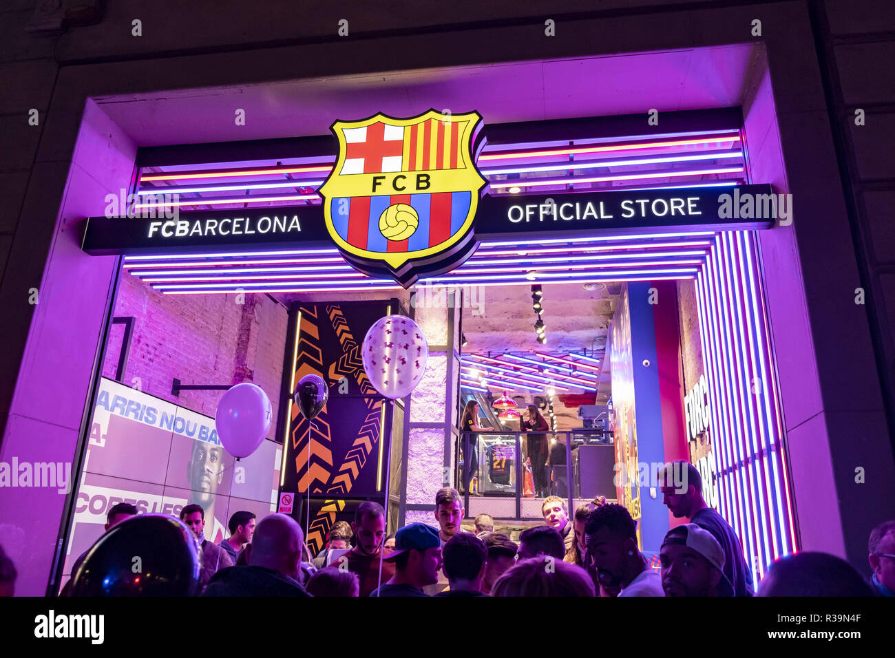 Barcelona, Catalonia, Spain. 22nd Nov, 2018. The shop window of the Football Club Barcelona store is seen during the Shopping Night.Barcelona celebrates its 9th edition of Shopping Night Barcelona. The central commercial hub of Passeig de Grà cia is filled with fashion, music, culture and gastronomy. A party that aims to boost sales and inaugurates the commercial Christmas campaign. Credit: Paco Freire/SOPA Images/ZUMA Wire/Alamy Live News - Stock Image