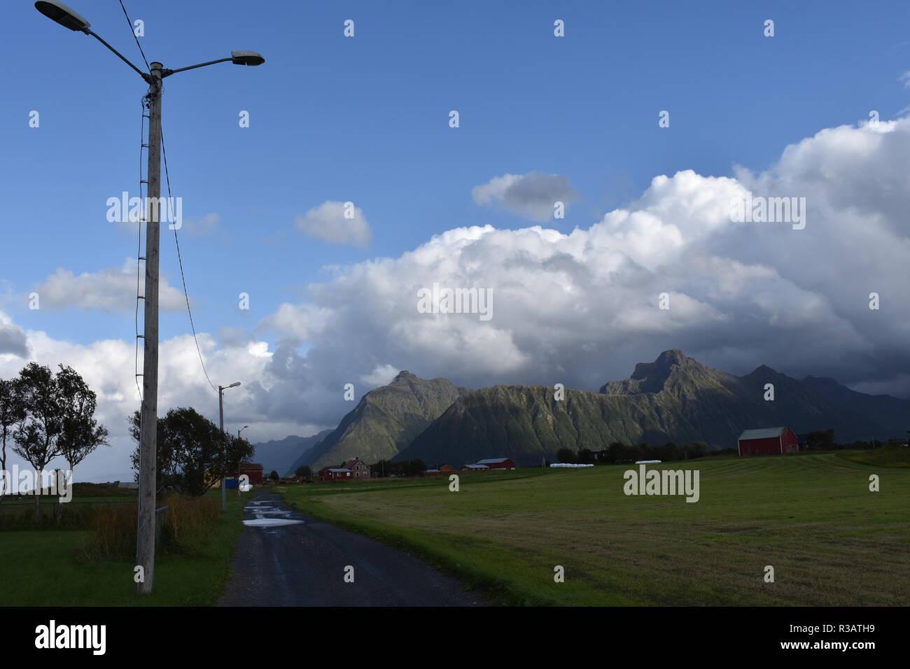 Norwegen, Lofoten, 888, Fv 888, Weg, Straße, Dorf, Austvågøya, Insel, Vågan, Dorf, Bauernhof, Landwirtschaft, Weide, Wiese, Feld, Wolken, Haus, Hütte, - Stock Image
