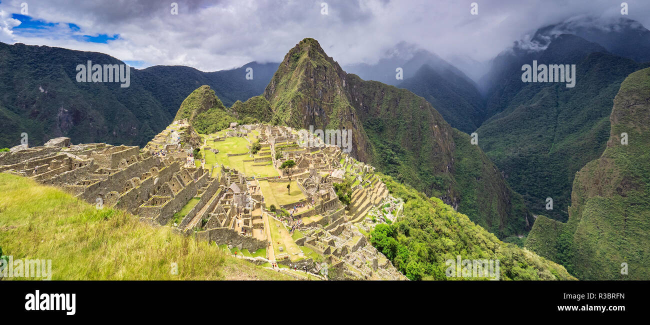 Panorama of the Machu Picchu citadel and the Huayna Picchu mountain - Stock Image