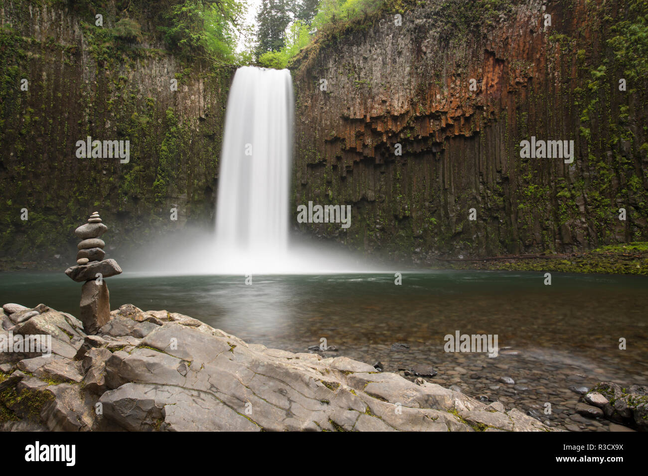 USA, Oregon, Abiqua Falls. Waterfall over cliff of columnar basalt and rock stack. - Stock Image