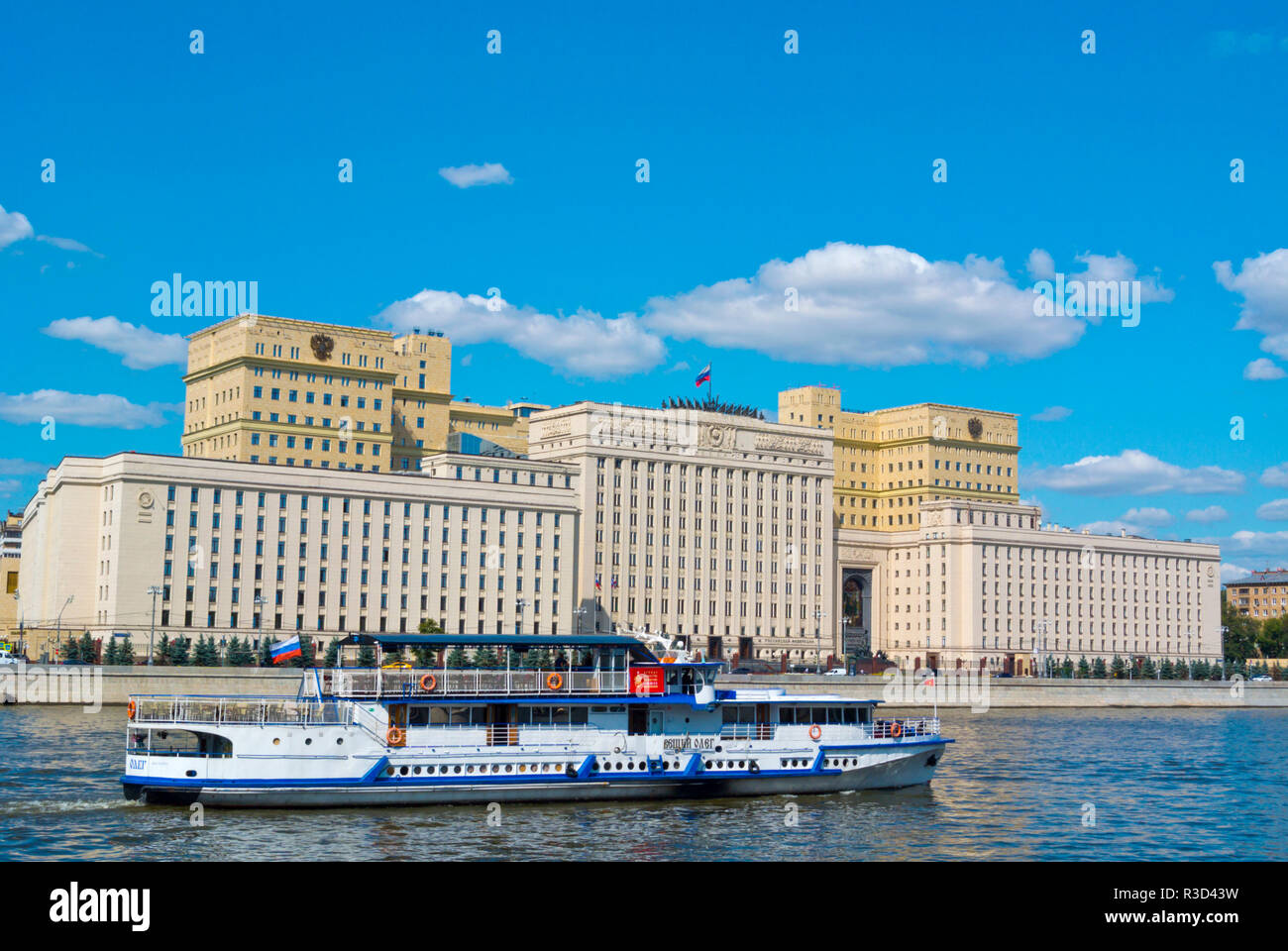 Sightseeing tour boat passing Ministry of Defence of the Russian Federation, Moscow, Russia - Stock Image