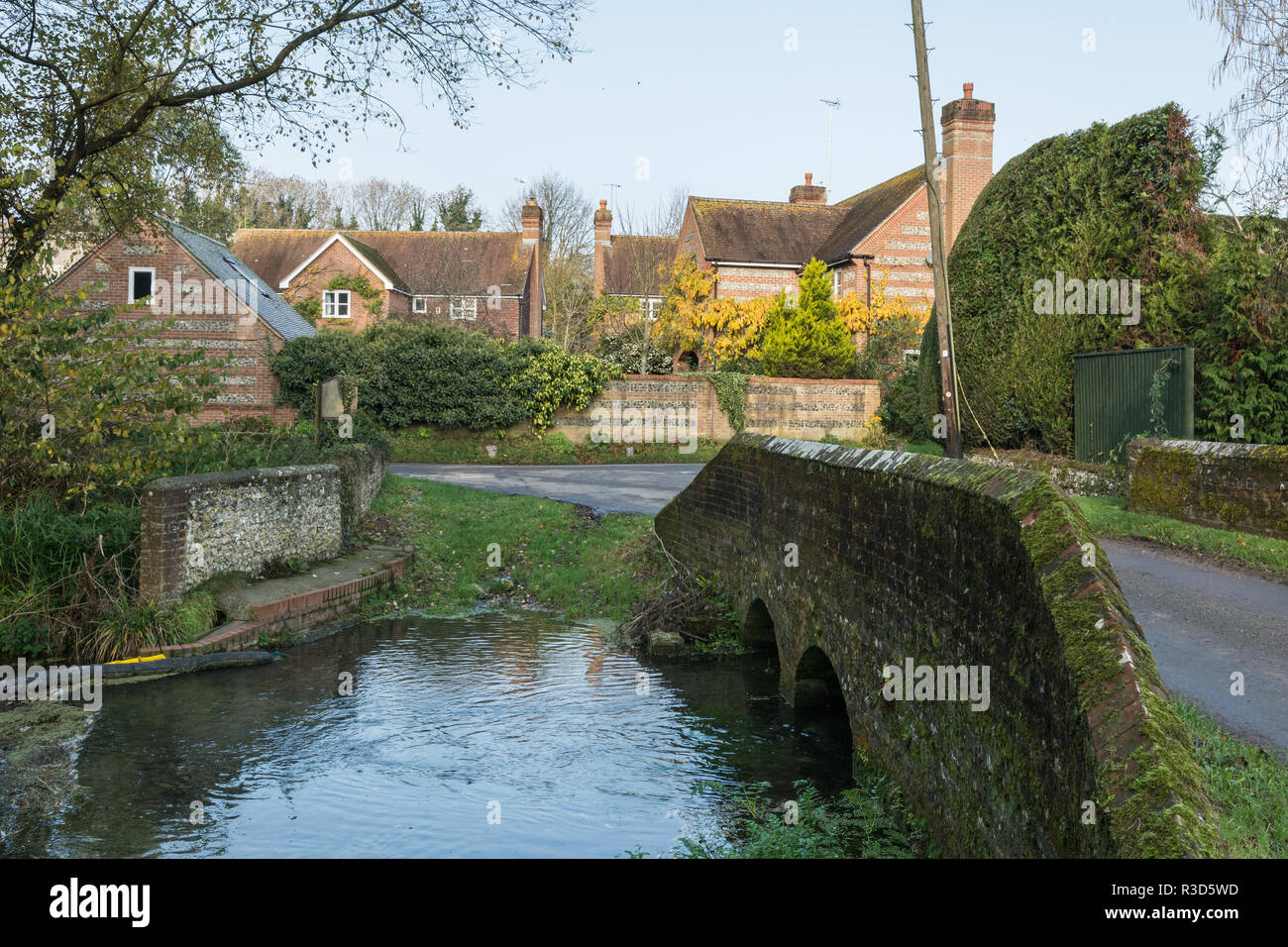 The river Meon passing through the village of Warnford in Hampshire, UK. - Stock Image