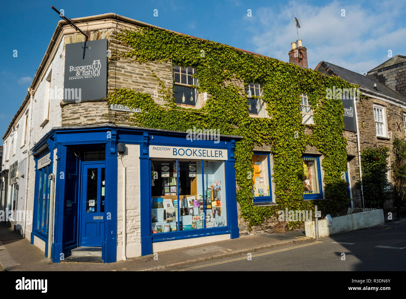 Padstow Bookseller, an ivy-covered bookshop on Broad Street in Padstow, Cornwall, England - Stock Image