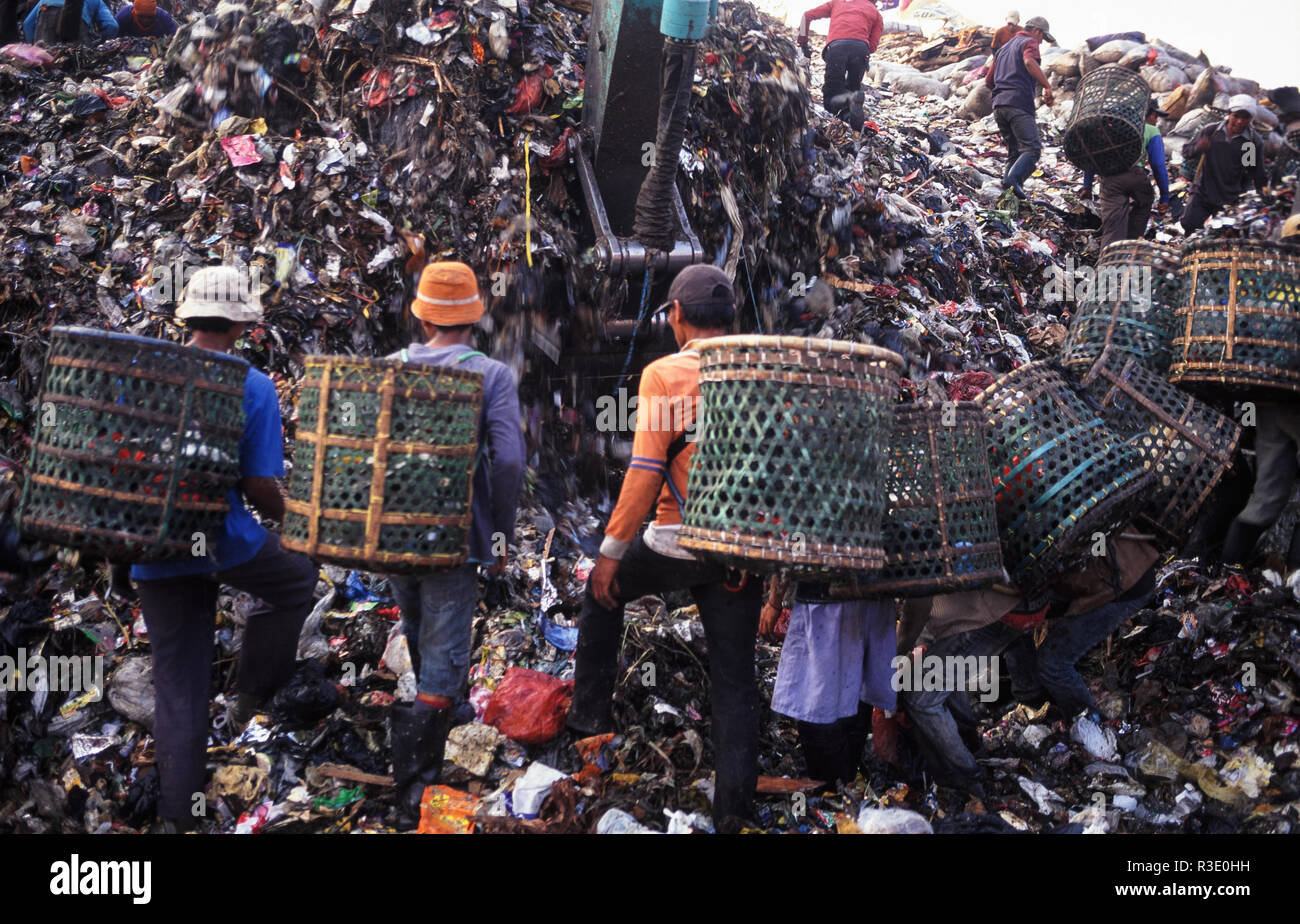 11.08.2009, Jakarta, Java, Indonesia, Asia - Indonesian garbage collectors are searching for recyclable materials at the Bantar Gebang landfill. - Stock Image