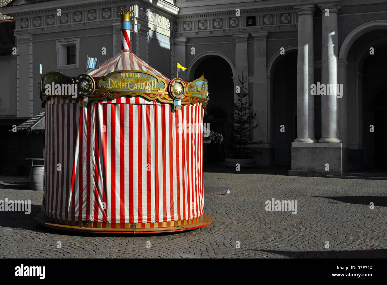 LIMGNAUS MINIATUR DAMPF CAROUSEL . WEIHNACHTSMARKT BRIXEN - Stock Image