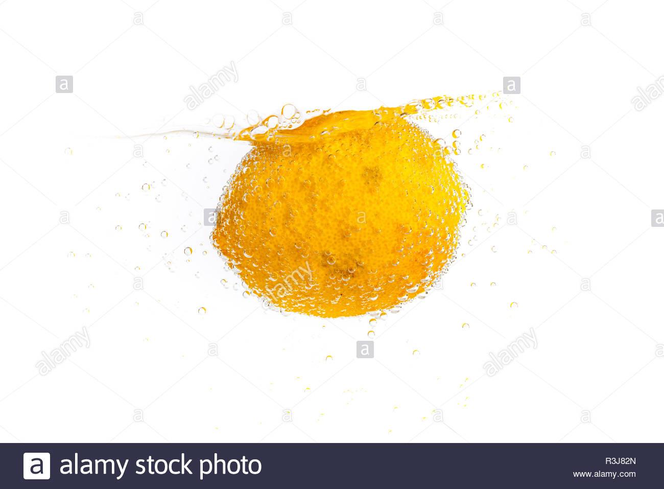 Frische Zitrone im frischen Wasser - Stock Image