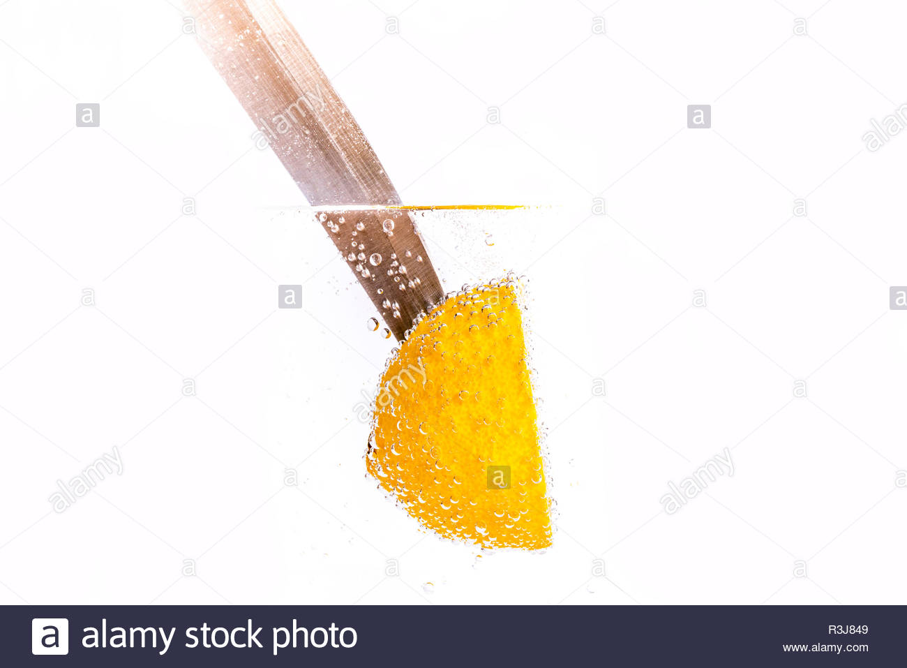 Frische aufgespießte Zitrone im frischen Wasser - Stock Image