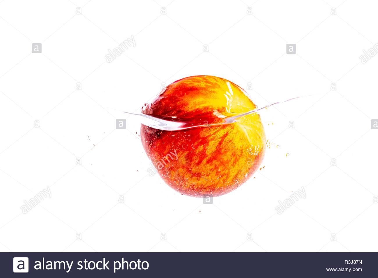 Frischer Pfirsich im Wasser - Stock Image