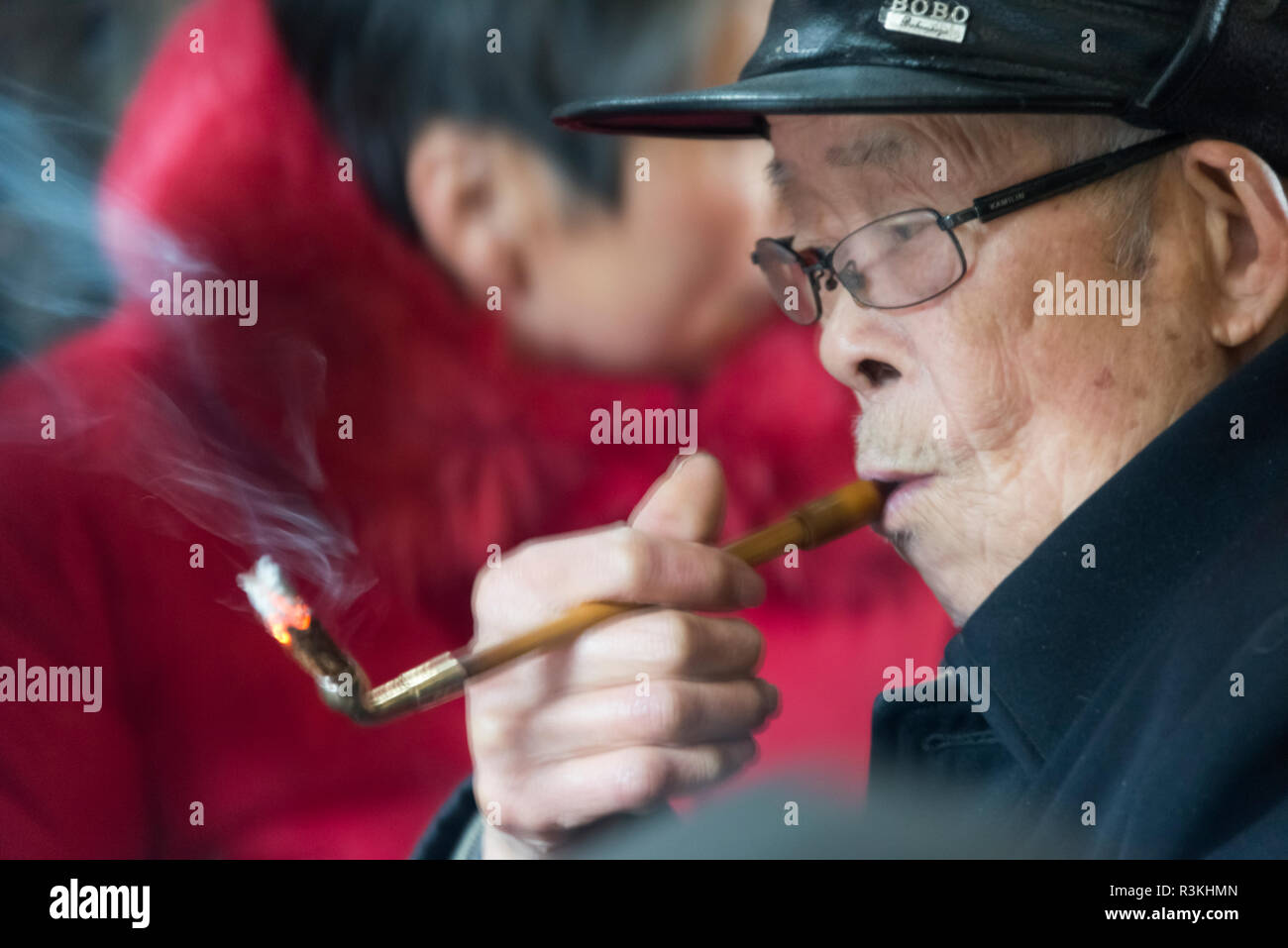 4775a083d Old man smoking a pipe in an old teahouse, Pengzhen, Chengdu, Sichuan  Province, China