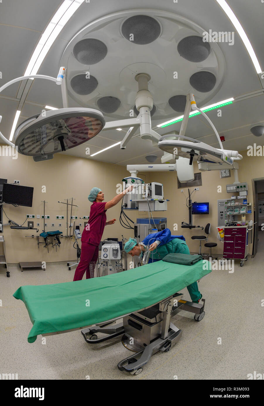 Potsdam, Germany. 23rd Nov, 2018. The 'Opragon8' ventilation system can be seen on the ceiling of an operating theatre in the Oberlinklinik. The new operating theatres with state-of-the-art technology have been in operation for about two months now. They are equipped with the world's most innovative ventilation system, Opragon8, which increases patient safety by maximizing sterility and significantly reduces postoperative wound infections. Credit: Patrick Pleul/dpa-Zentralbild/dpa/Alamy Live News - Stock Image