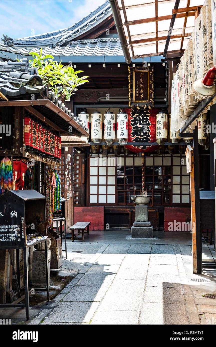 Kyoto, Japan. Shops along the Shirakawa-minami-dori, Gion district - Stock Image