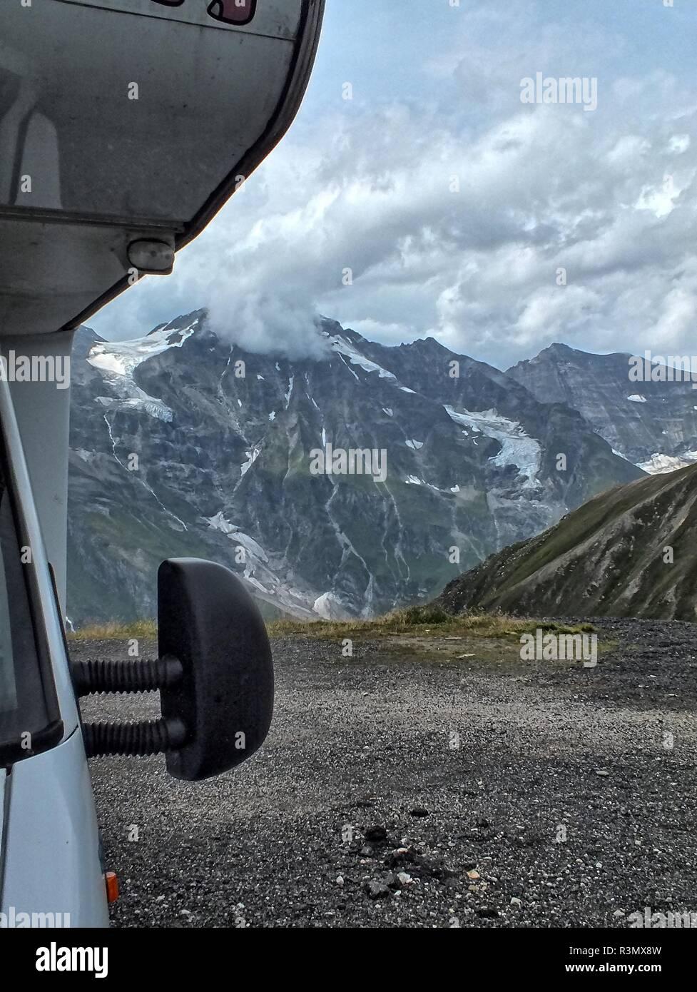 Blick auf die Berge vom Wohnmobil aus Stock Photo