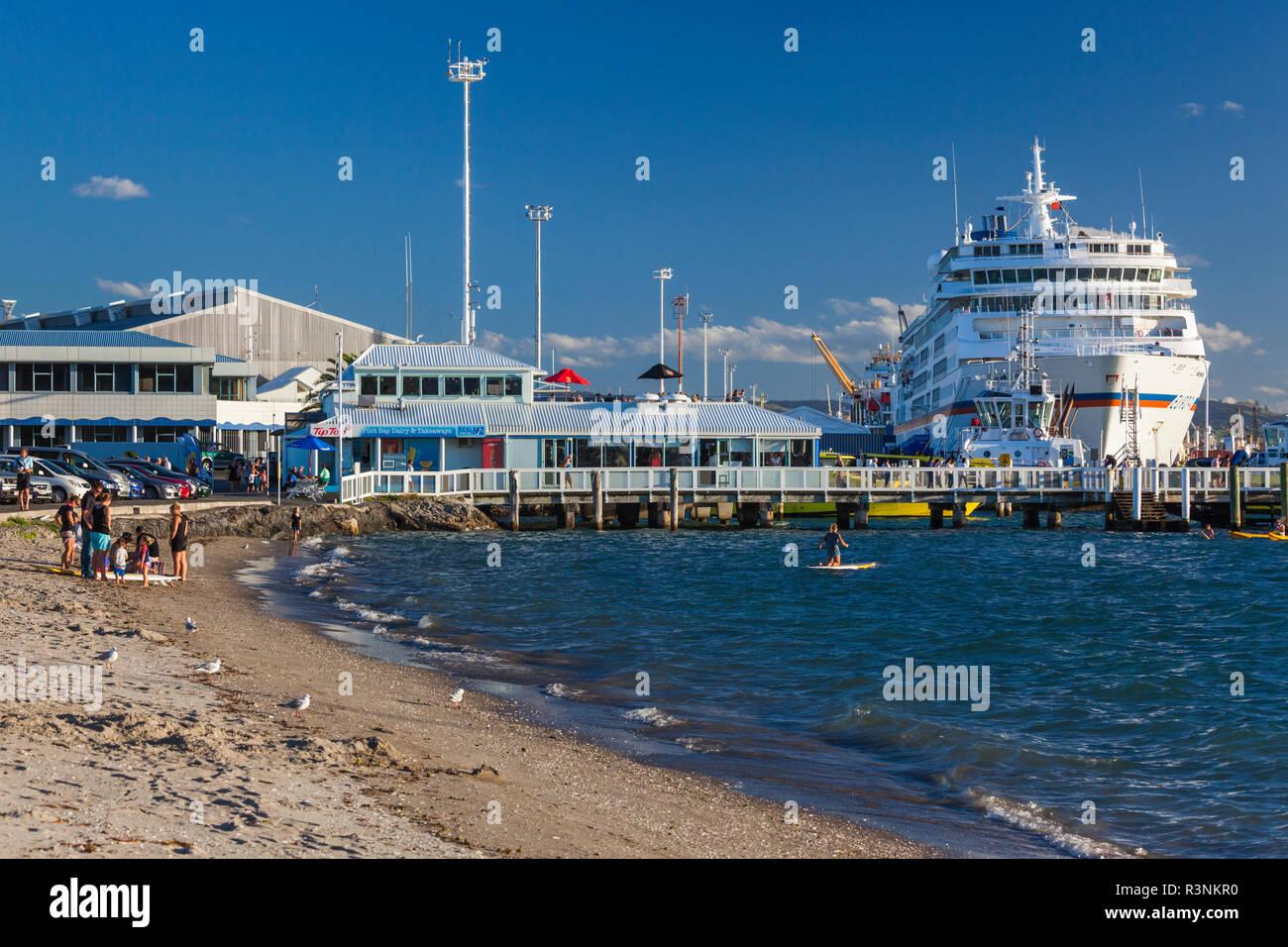 New Zealand, North Island, Mt. Manganui. Portside cruise ship - Stock Image