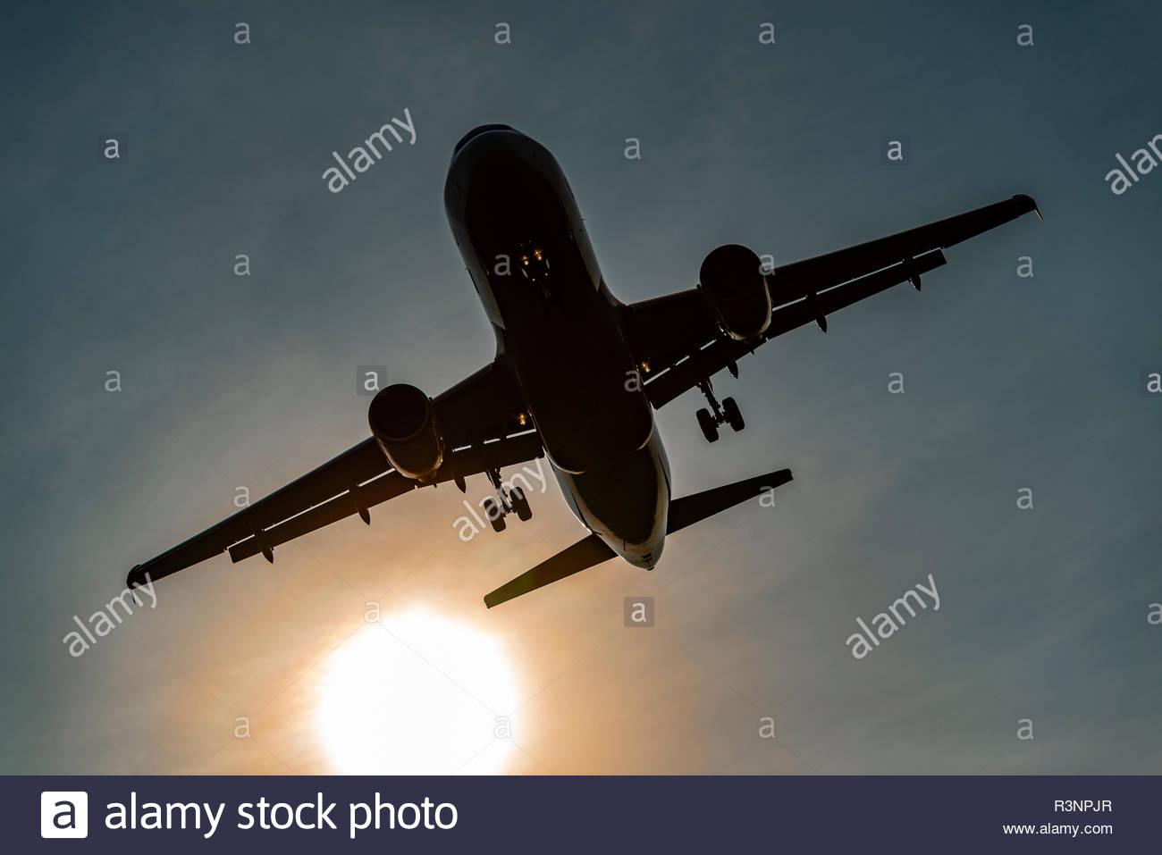 Flugzeug mit Fluggästen landet an einem sonnigen Tag - Stock Image