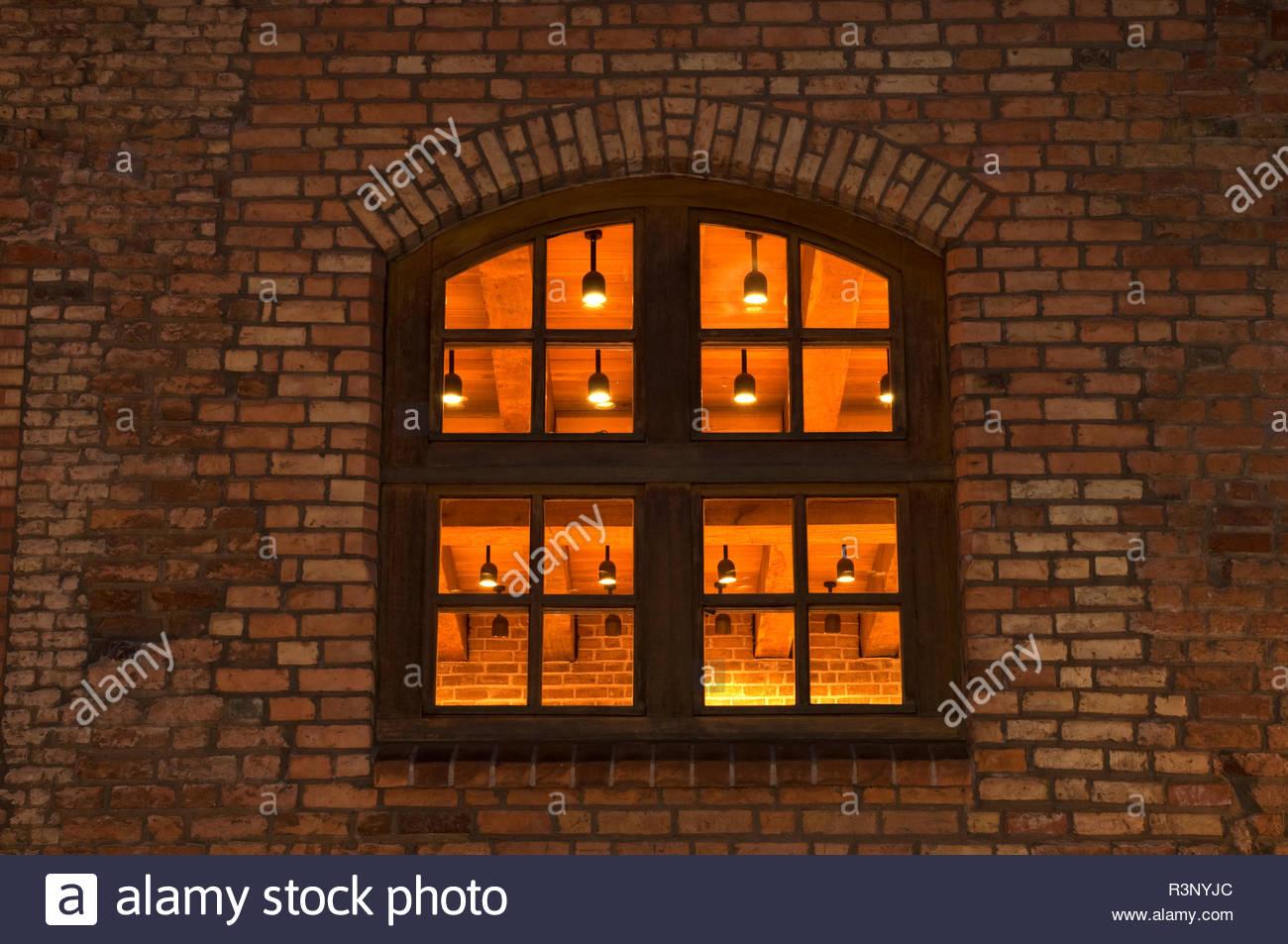 Fenster eines Backsteingebäudes - Blick in einen Festsaal - Stock Image