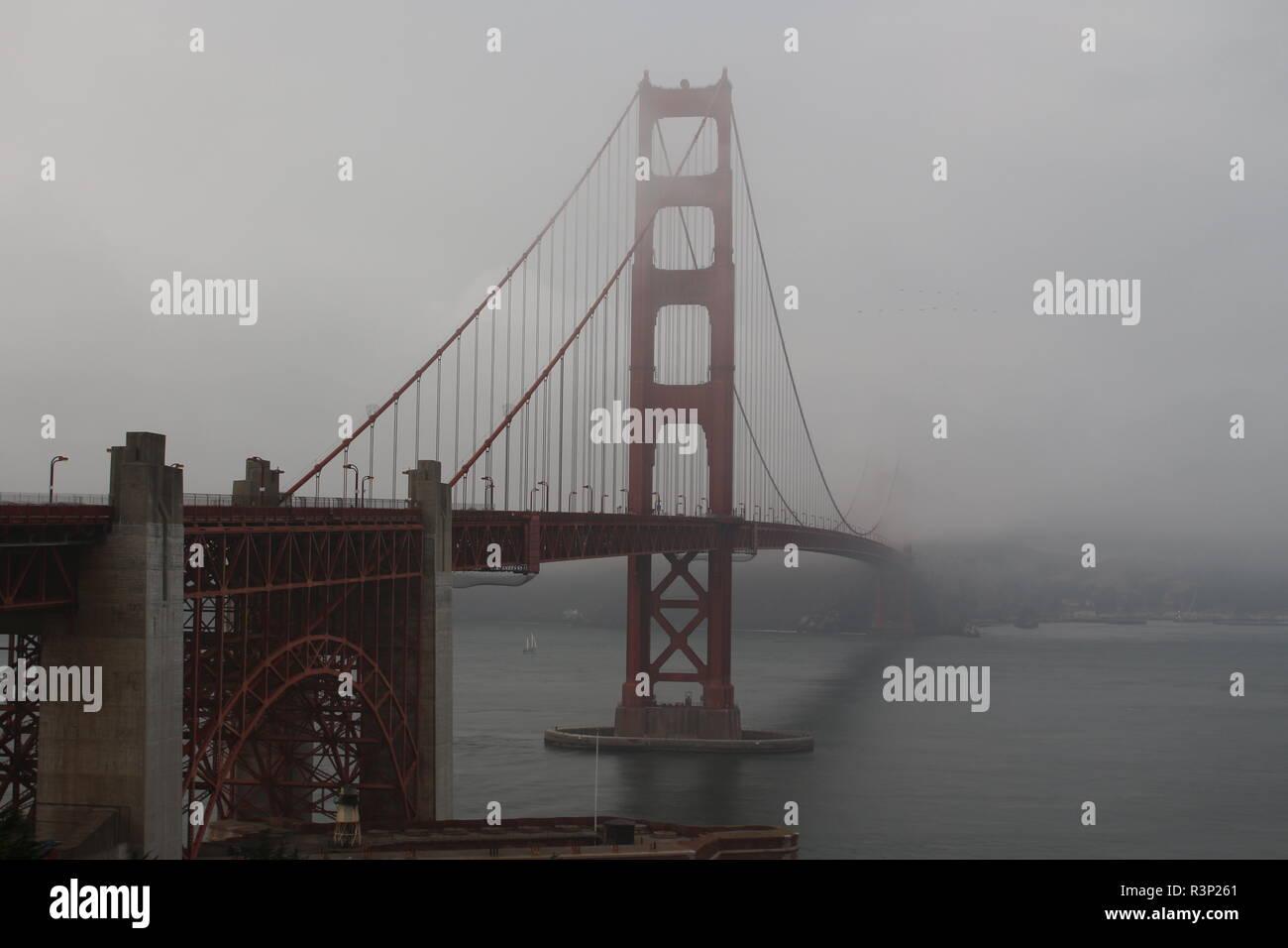 Golden Gate Bridge im Nebel in San Francisco von der Südseite der Brücke aufgenommen - Stock Image