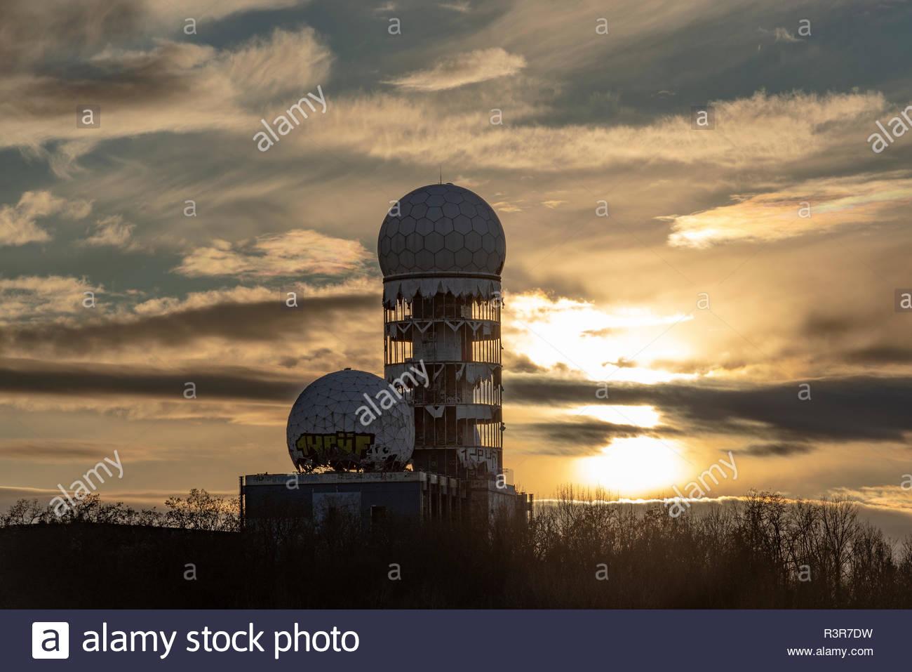 Sonnenuntergang auf dem Teufelsberg. Radaranlage am Abend - Stock Image