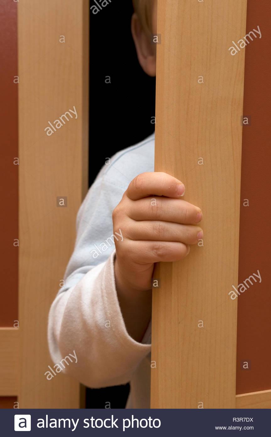 Kind versteckt sich im Schrank im Kinderzimmer - Stock Image