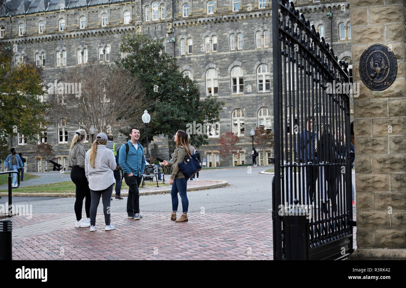 College students talking on campus Georgetown University - Stock Image