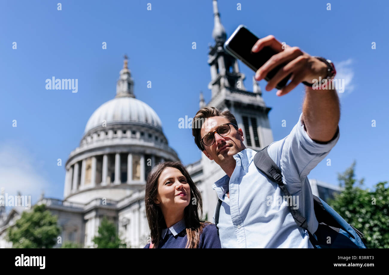 UK, London, couple taking a selfie near St. Paul's Cathedral - Stock Image