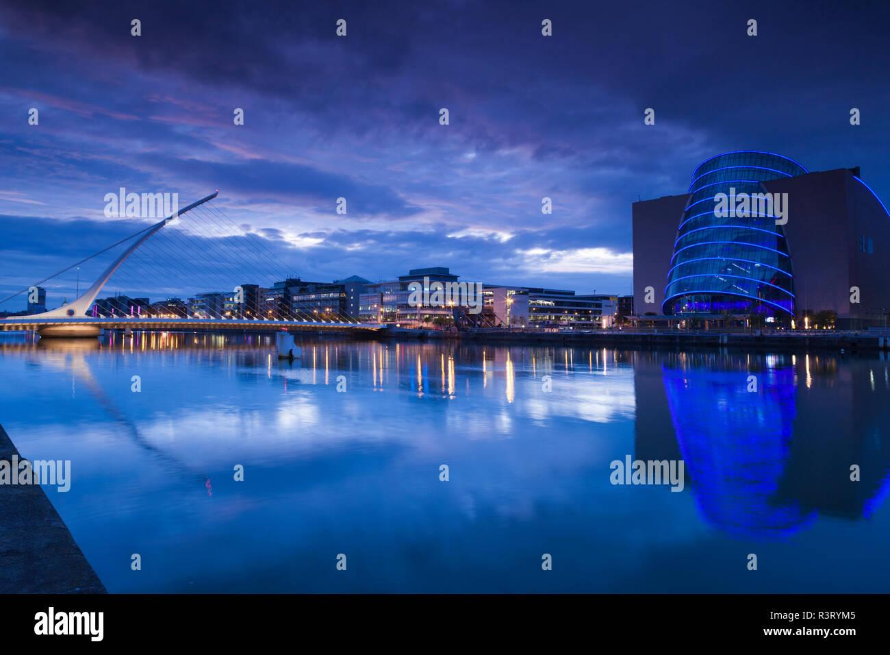Ireland, Dublin, Docklands, Samuel Beckett Bridge, Santiago Calatrava, architect and Convention Centre Dublin, dusk - Stock Image