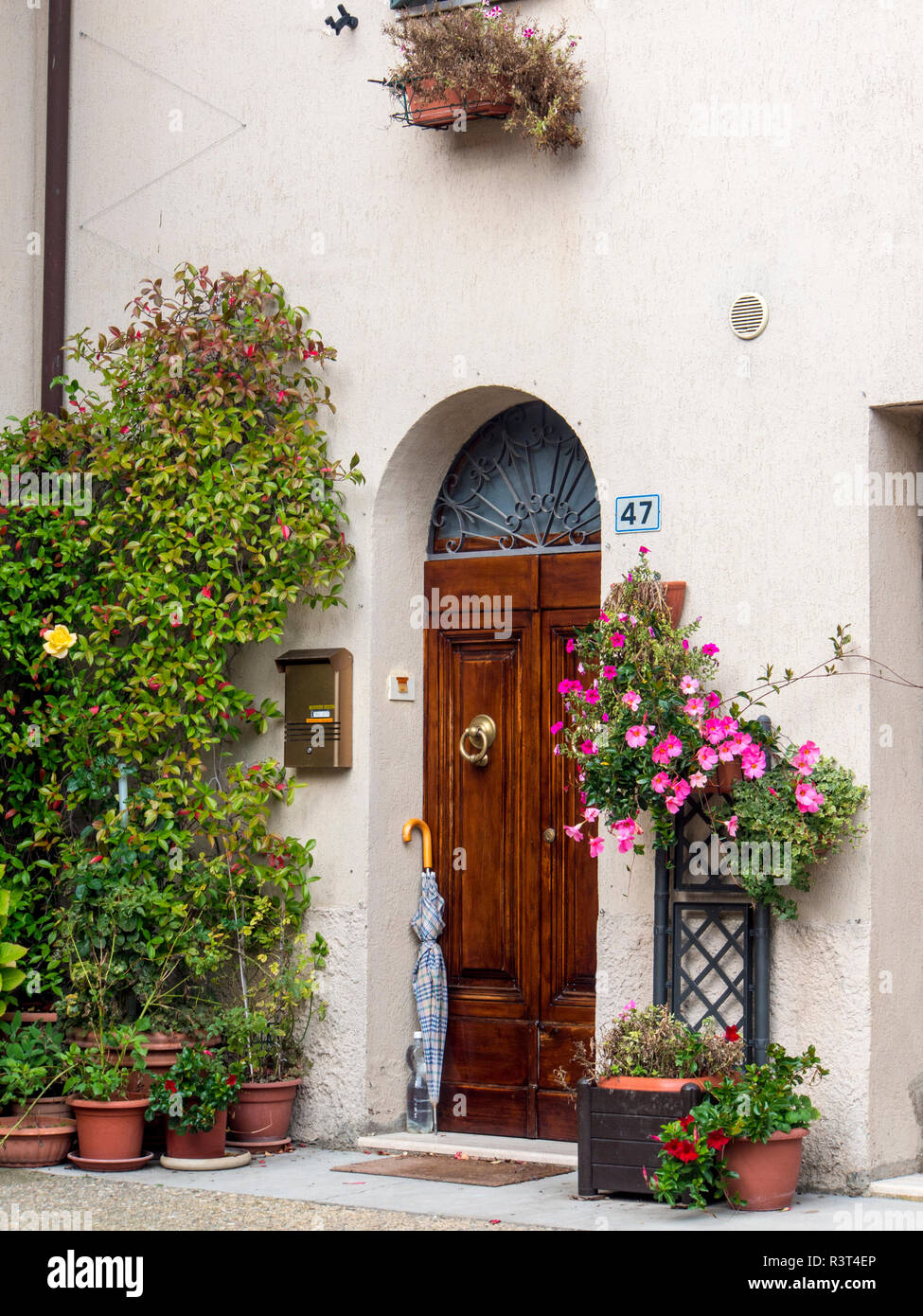 Italy, Monticiano, Door in the Tuscan town of Monticiano - Stock Image