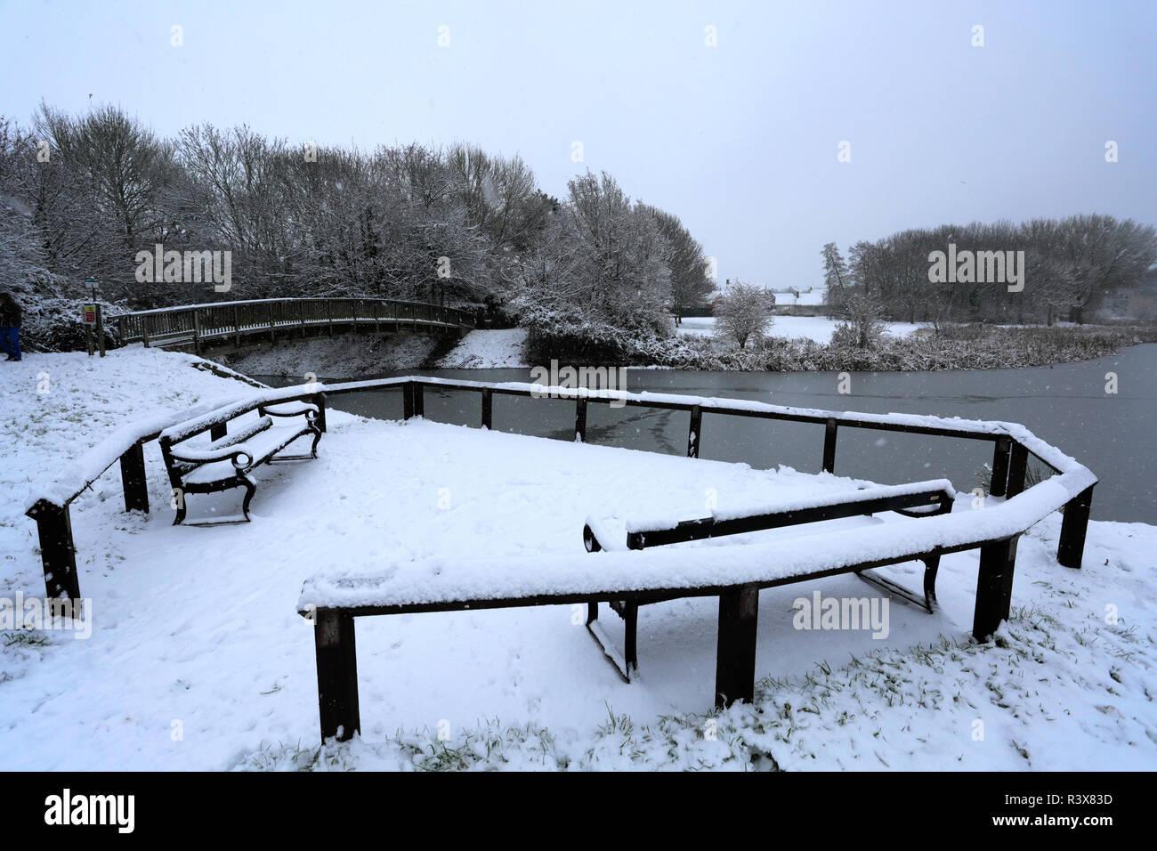 Snow at Cuckoos Hollow lakeside, Werrington Village, Cambridgeshire, England, UK - Stock Image
