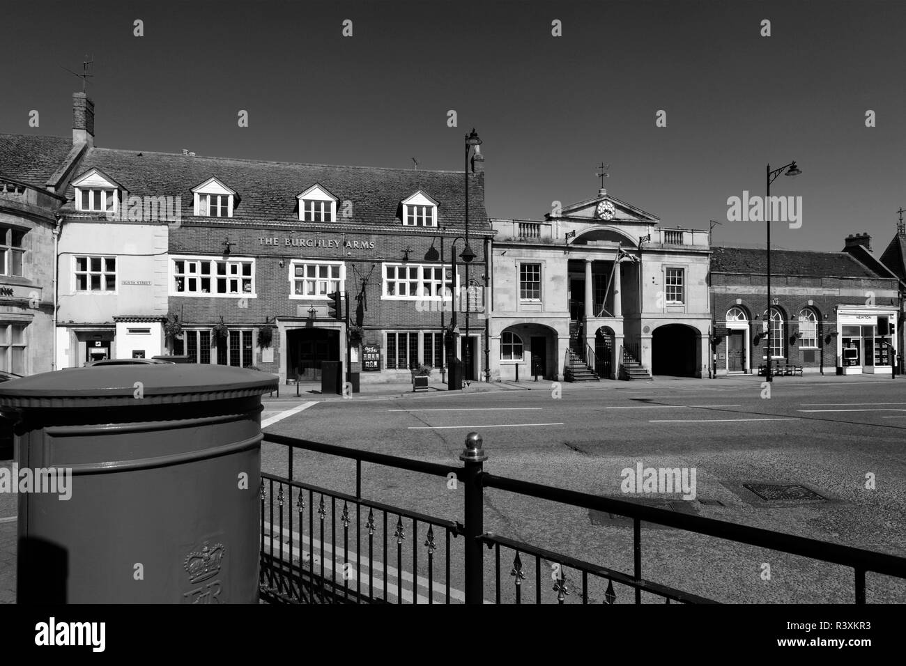 Town centre view, Town Hall, Bourne town; Lincolnshire; England; UK - Stock Image